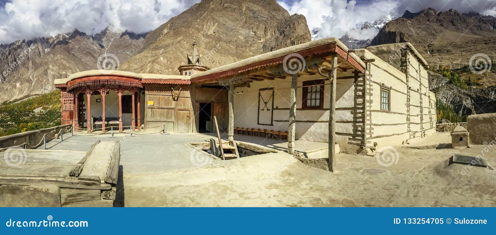 Fuerte antiguo de Baltit en la estación del otoño Valle de Hunza, Paquistán