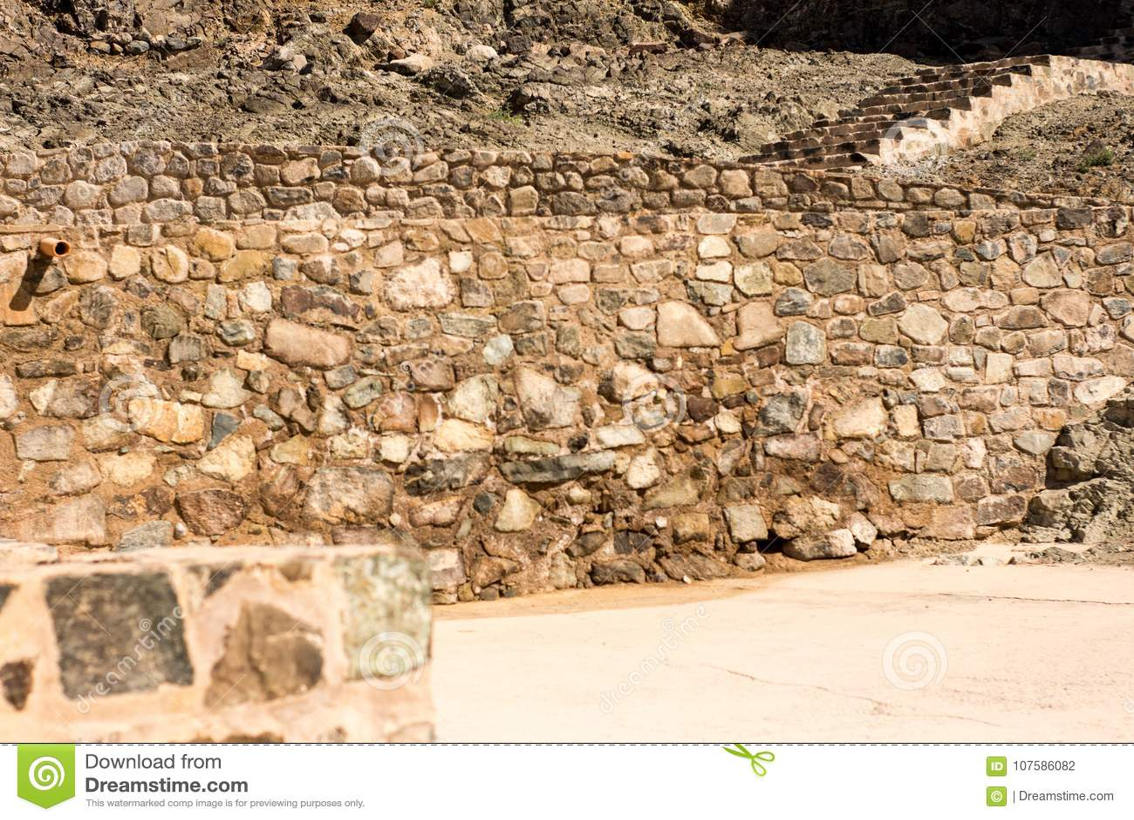 Fuerte antiguo de las paredes y de las escaleras de las rocas famoso por la construcción vieja arquitectura usada para los interi
