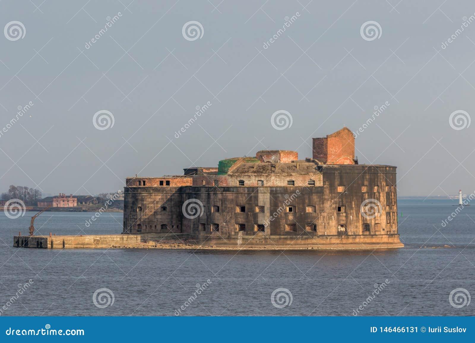 Fuerte hist?rico Alexander 1 plaga cerca de la costa meridional de Kronstadt