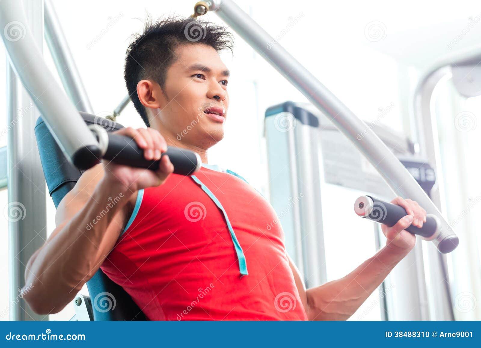 Fuerza china del entrenamiento del hombre en gimnasio de la aptitud