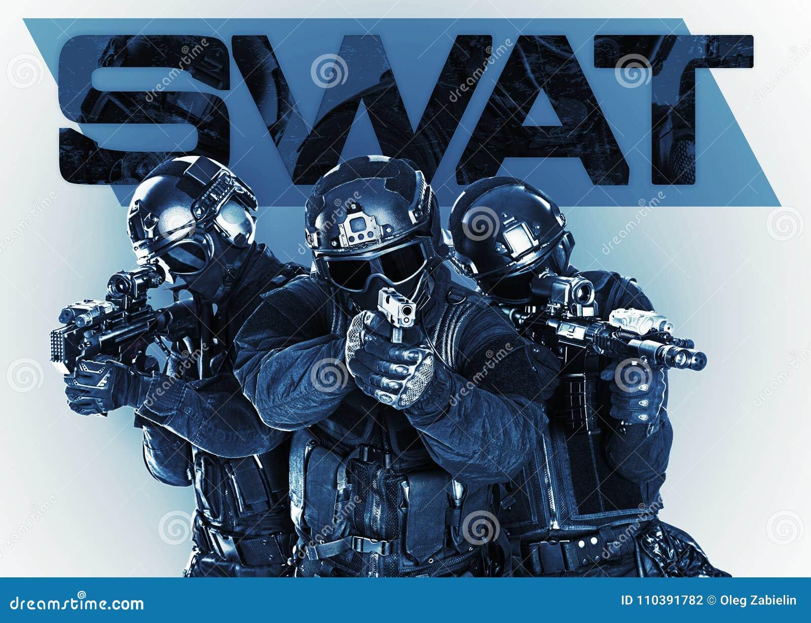 Fuerzas especiales de la policía del golpe violento con el rifle