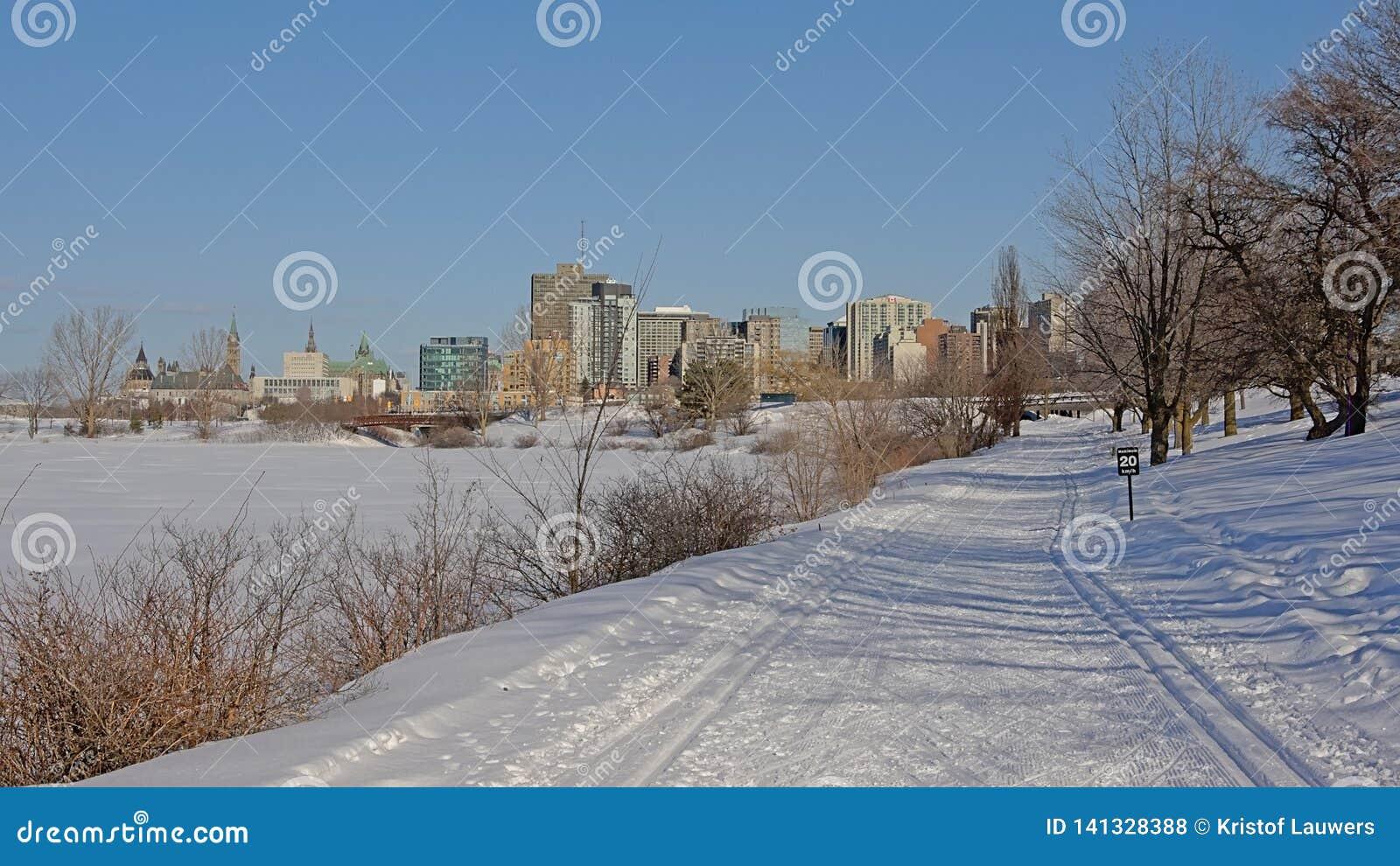 Fuga de caminhada do inverno de Sjam ao longo do zith do rio de Ottawa a cidade na distância