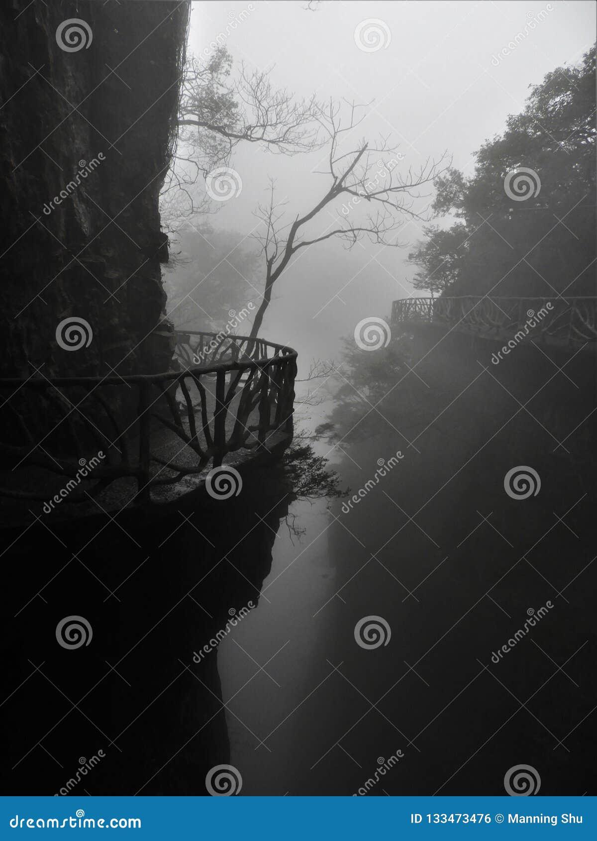 Fuga de montanha delével de Tianmen na névoa