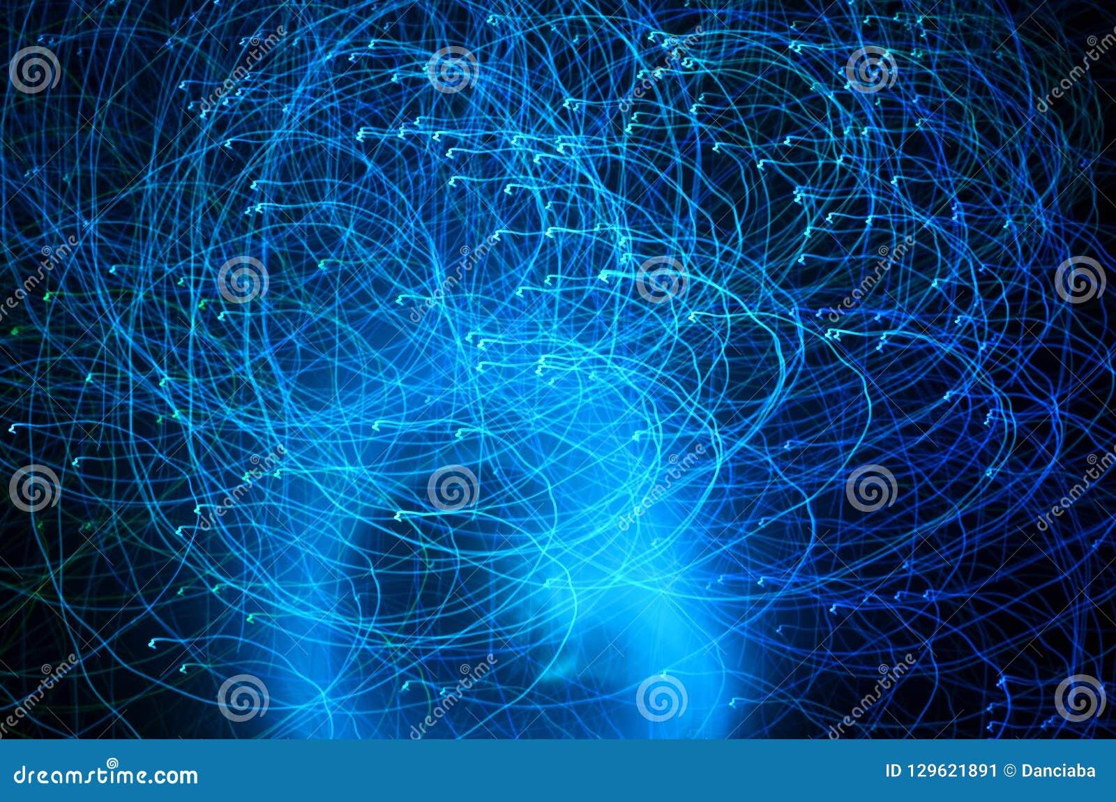 Fugas azuis abstratas da luz da cor disparadas com exposição longa na noite