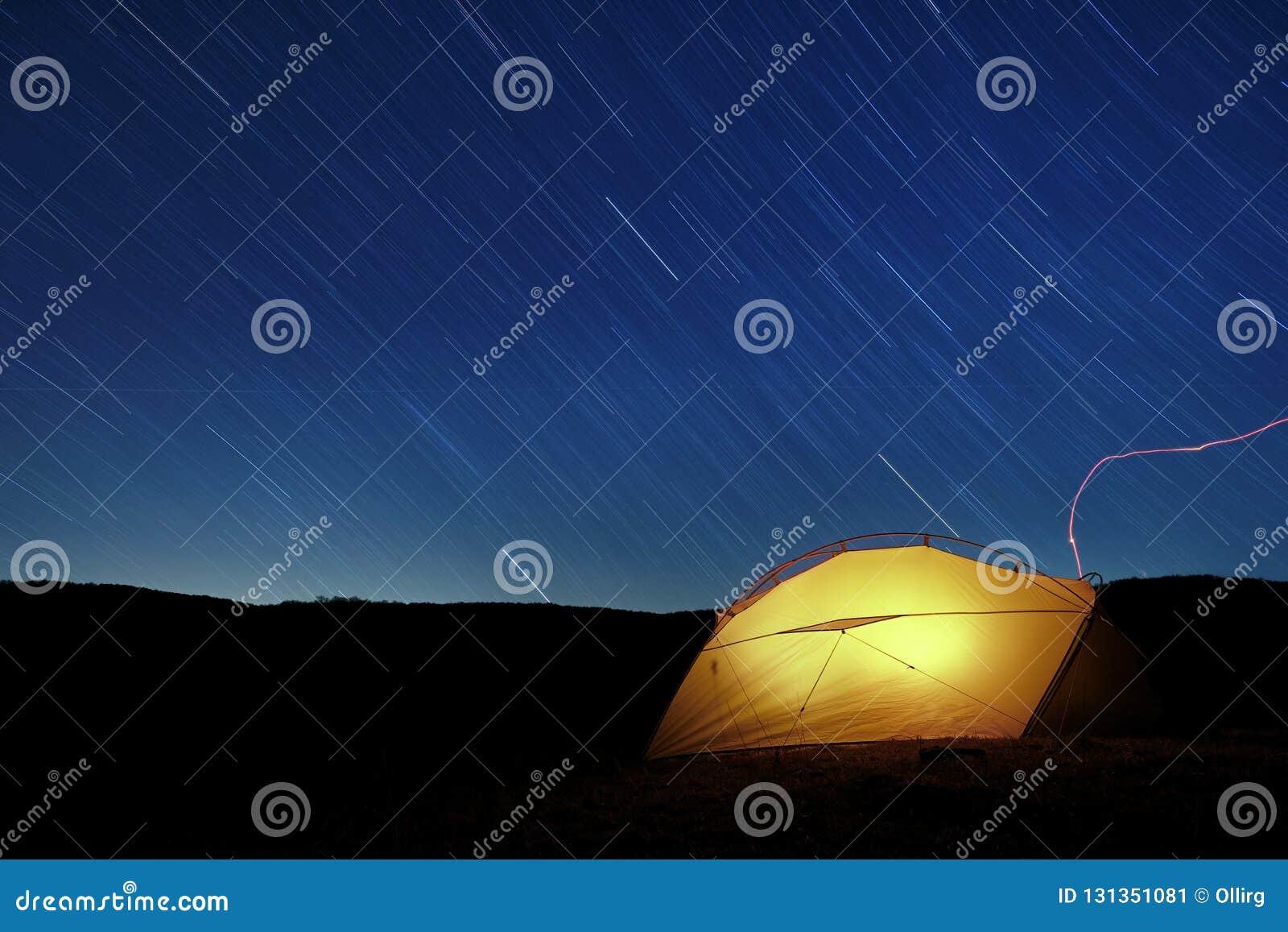 Fugas da estrela em iluminar a barraca