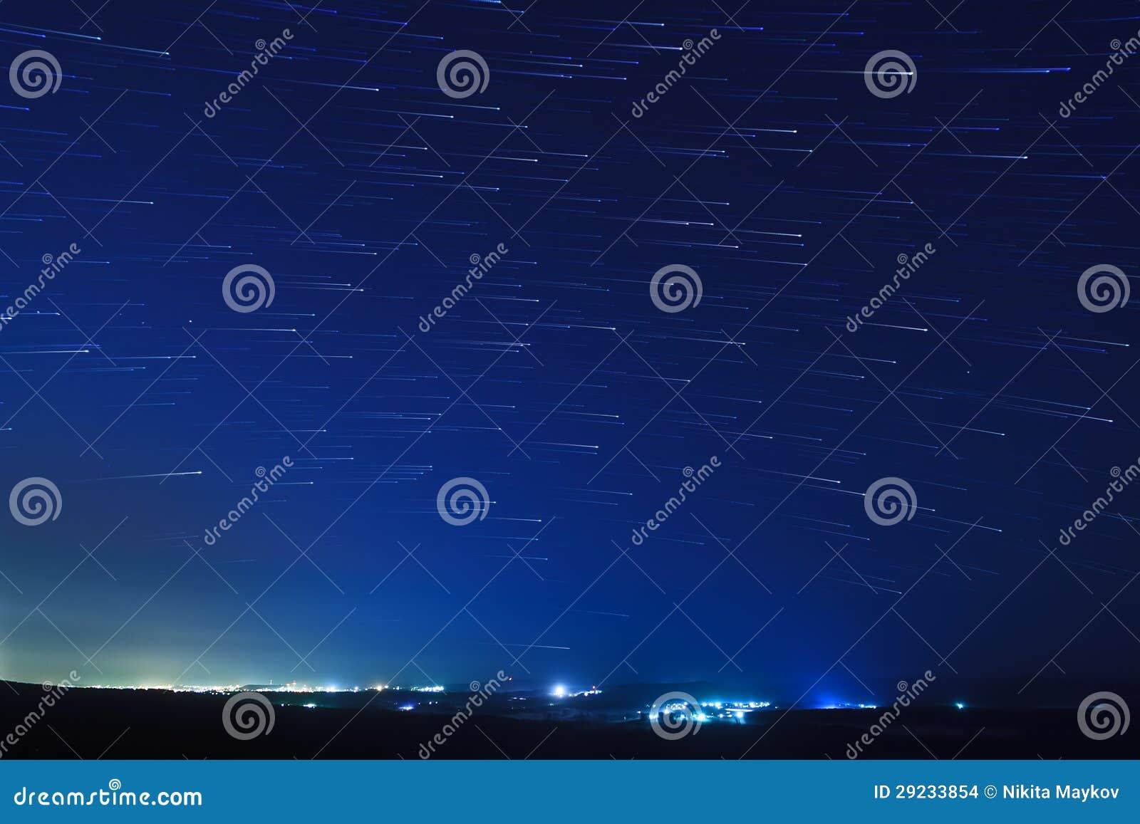Download Fugas Da Estrela Sobre Os Subúrbios Foto de Stock - Imagem de escuro, dusk: 29233854