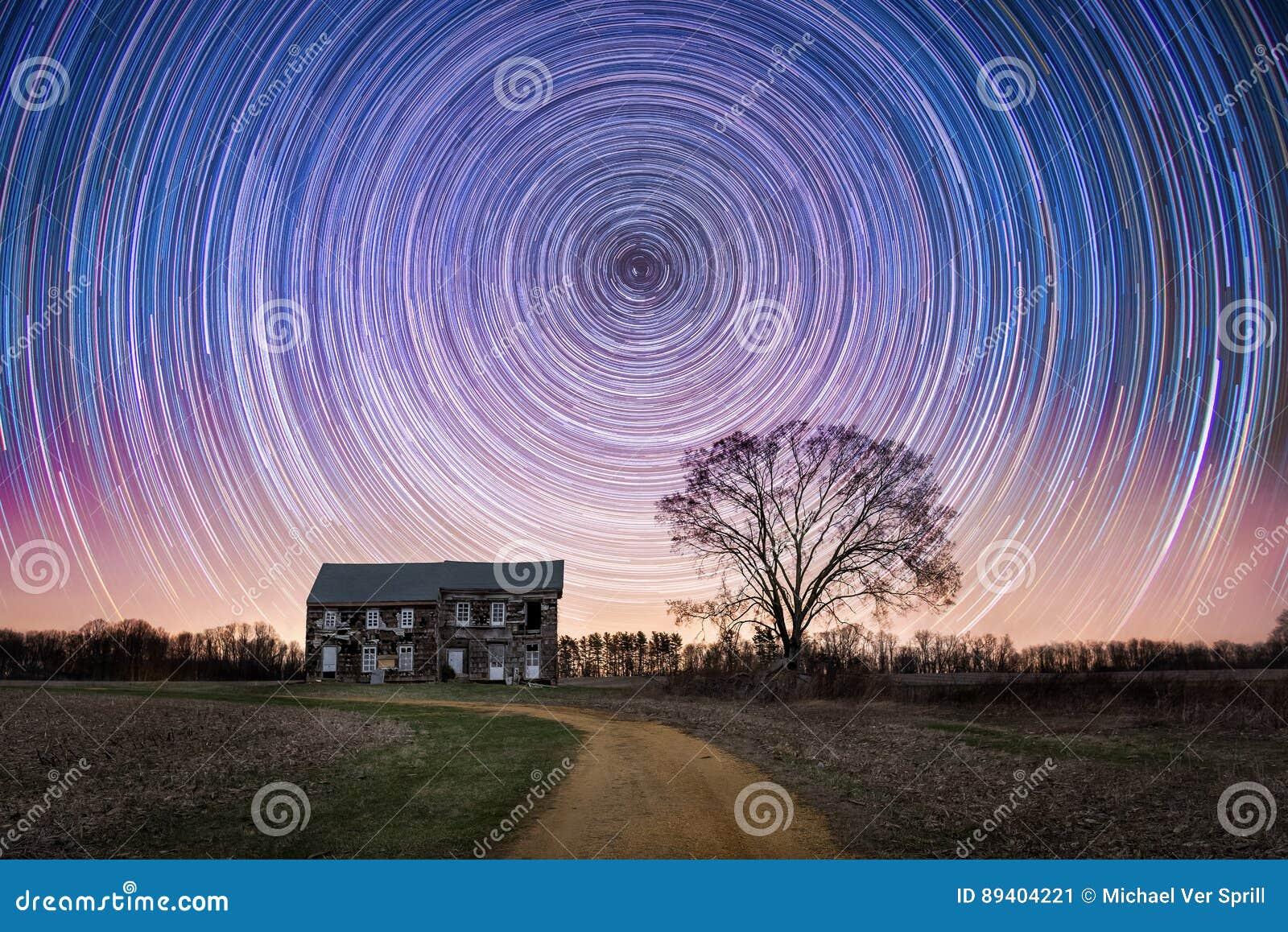 Fugas da estrela sobre uma casa abandonada da exploração agrícola