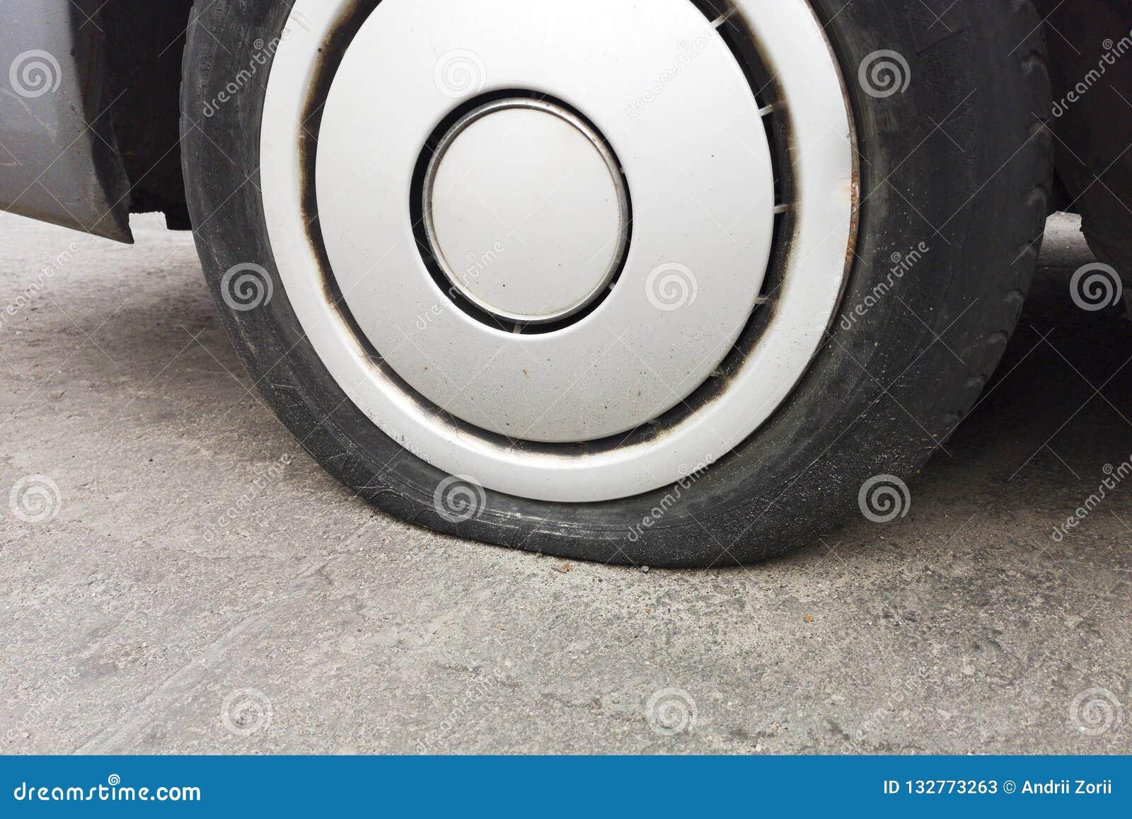 Fuite de pneu de voiture en raison du broyage de clou pneu plat sur la route Flatten a perforé la roue automatique Pneu crevé end