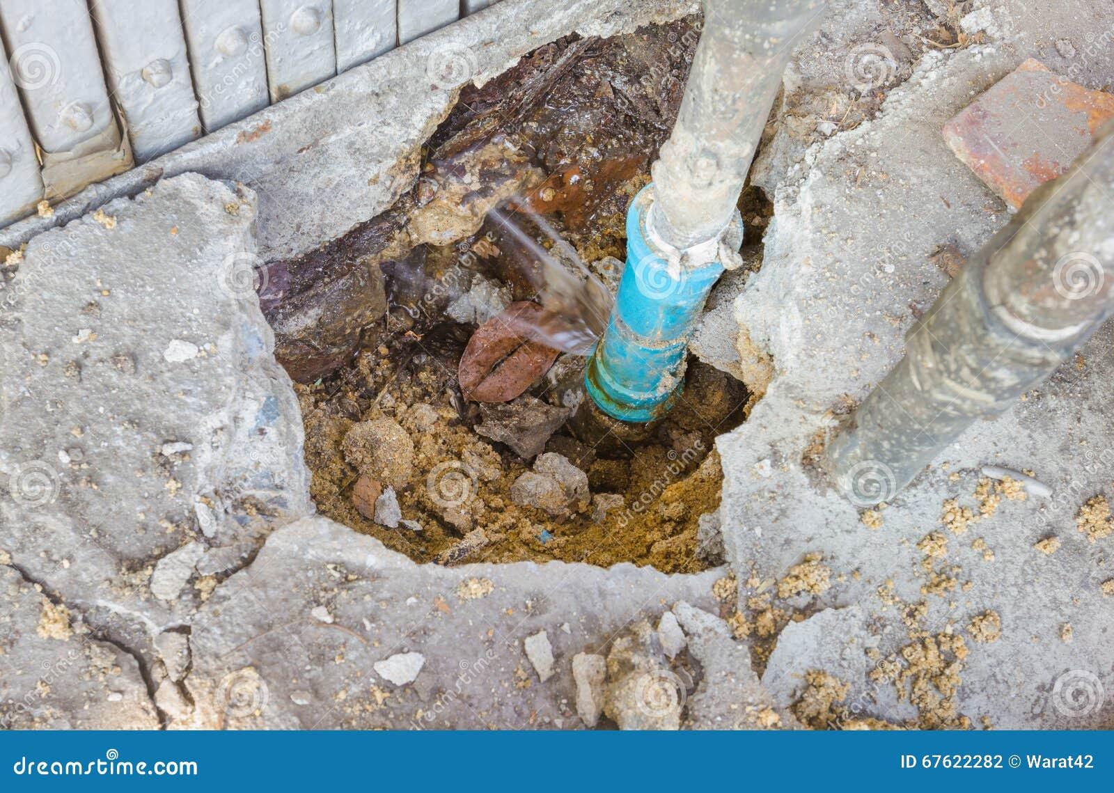 Fuites de l eau des tuyaux bleus souterrains