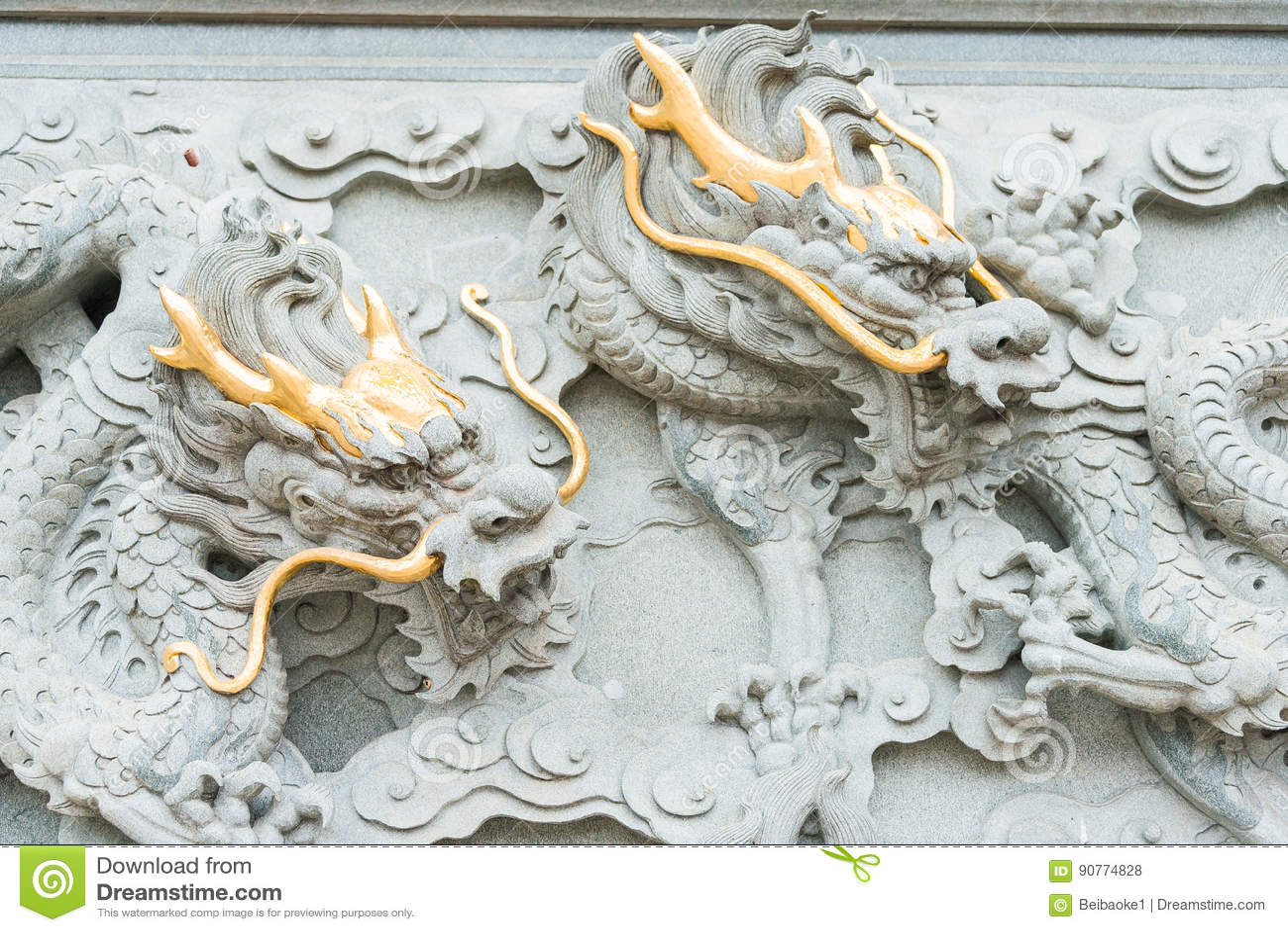 FUJIAN, CHINA - 23 de dezembro de 2015: Dragon Relief no templo de Dongyue A