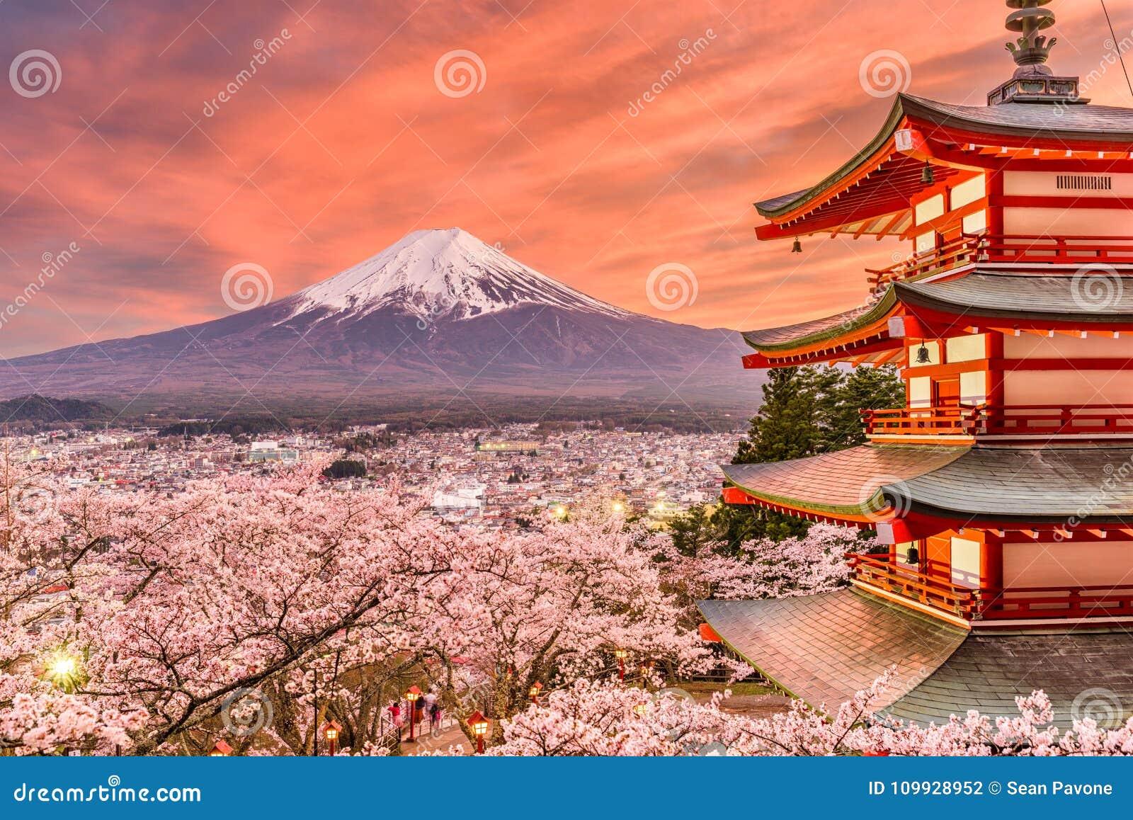 Fujiyoshida, Japonia wiosny krajobraz