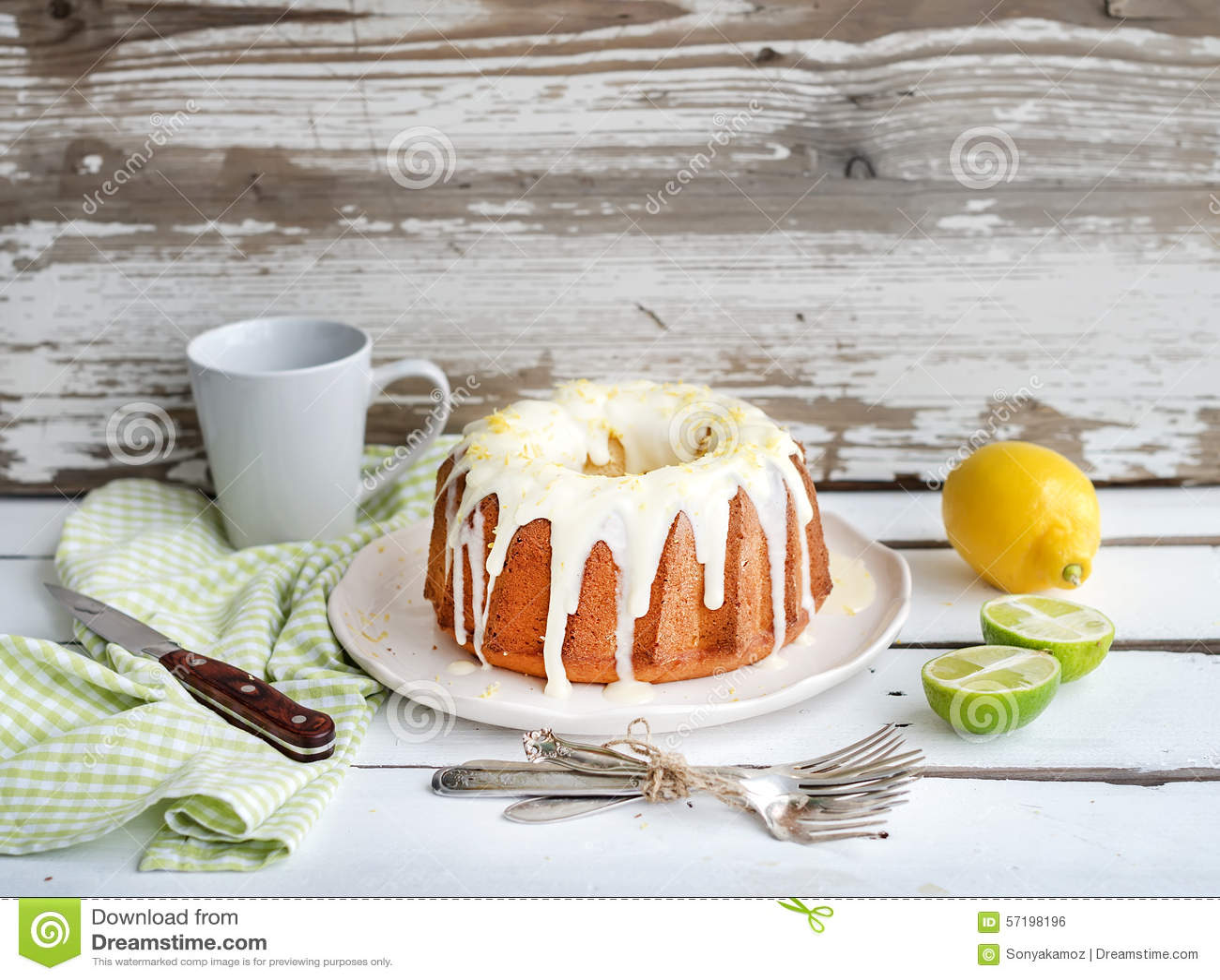 Fuktig limefrukt- och citronbundtyoghurt bakar ihop, vit