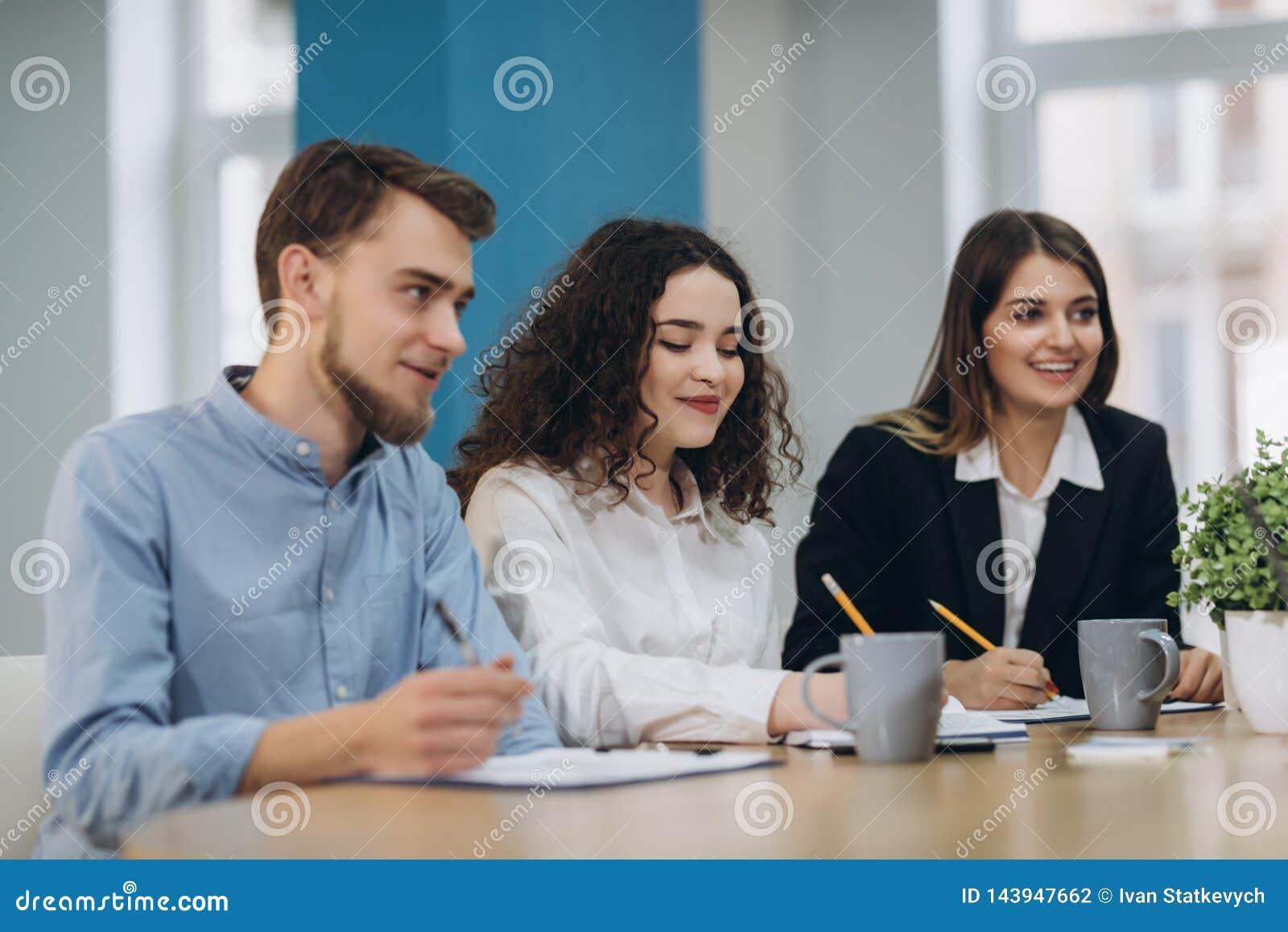 Full koncentration p? arbete Funktionsdugliga kollegor f?r f?retags lag som arbetar i modernt kontor