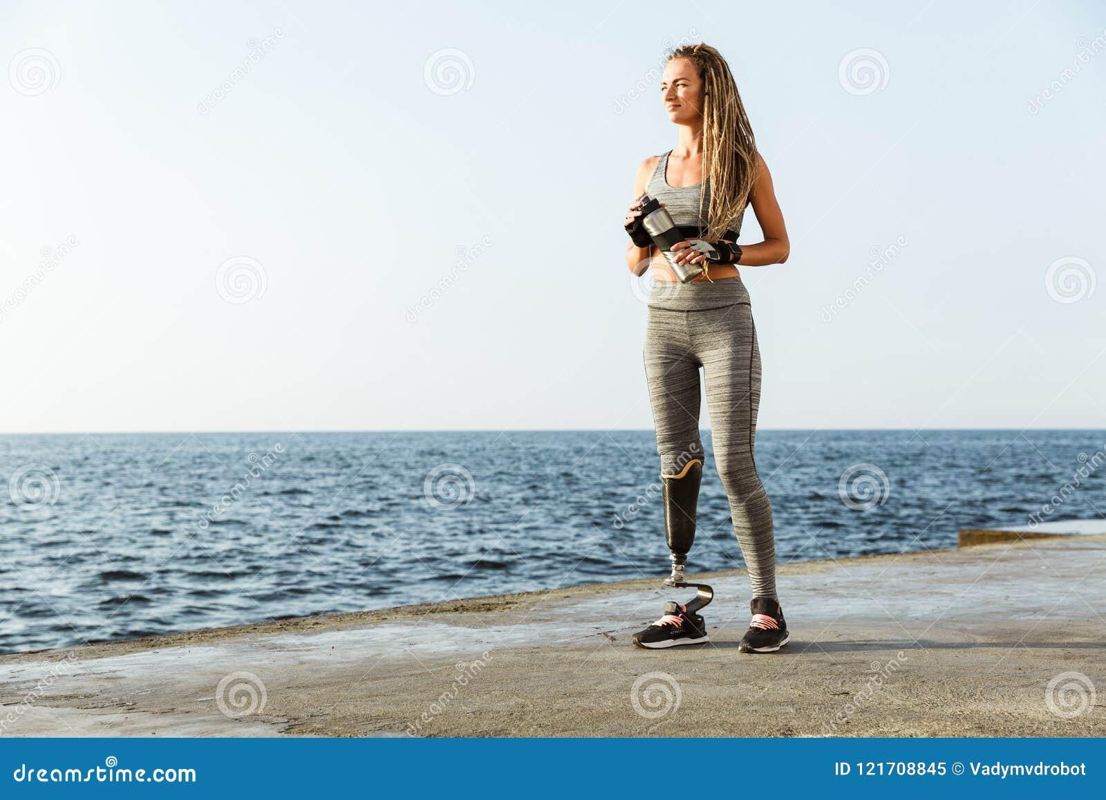 Full längd av att le den rörelsehindrade idrottsman nenkvinnan