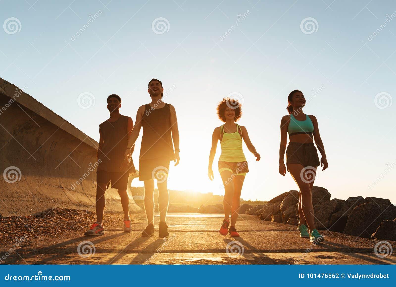 Full längdbild av konditionfolk som utomhus går