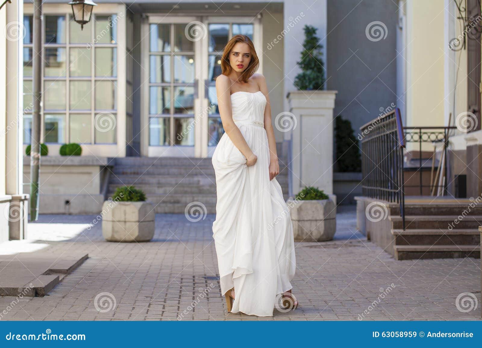 Full längdstående av den härliga modellkvinnan med lång benwea