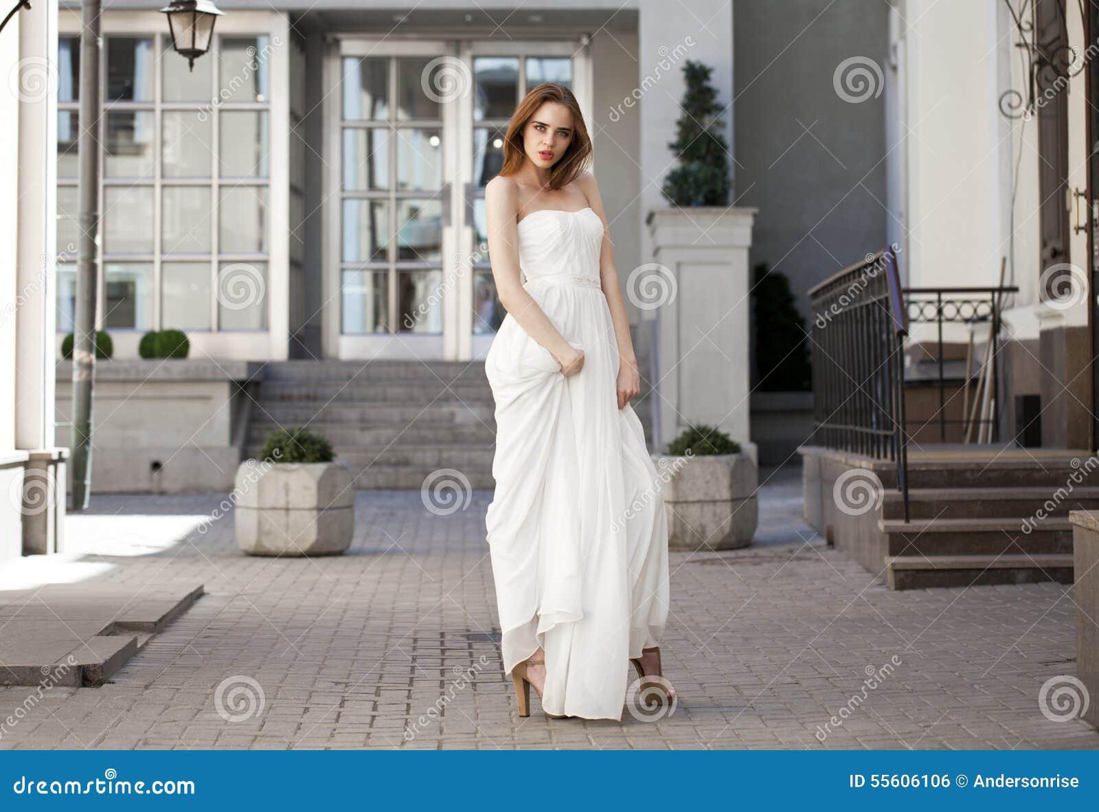 Full längdstående av den härliga modellkvinnan med långa ben