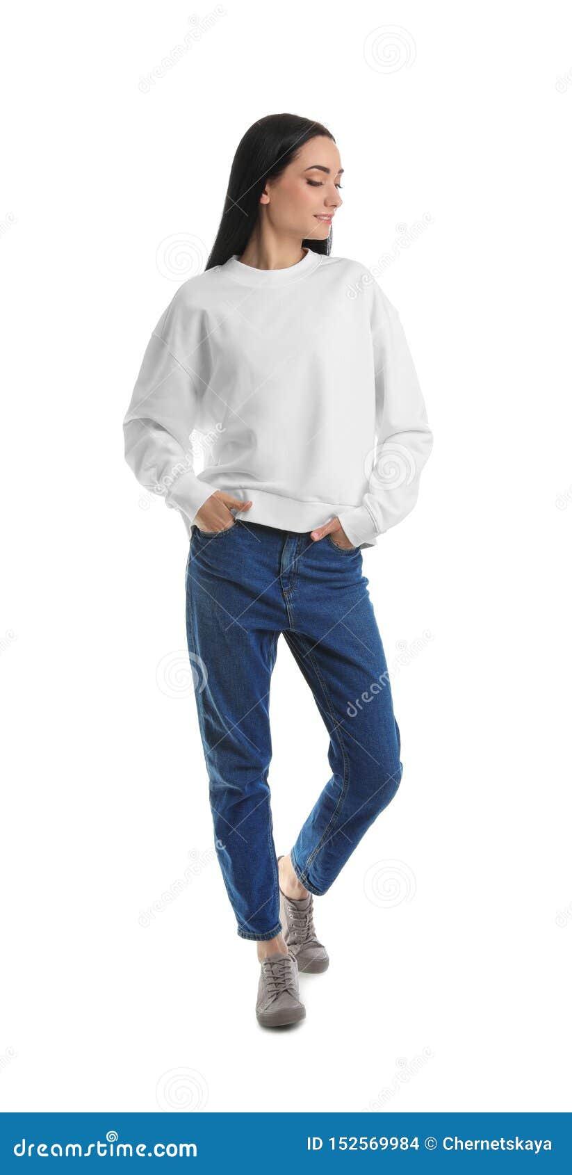 Full längdstående av den unga kvinnan i tröja på vit ?tl?je upp f?r design