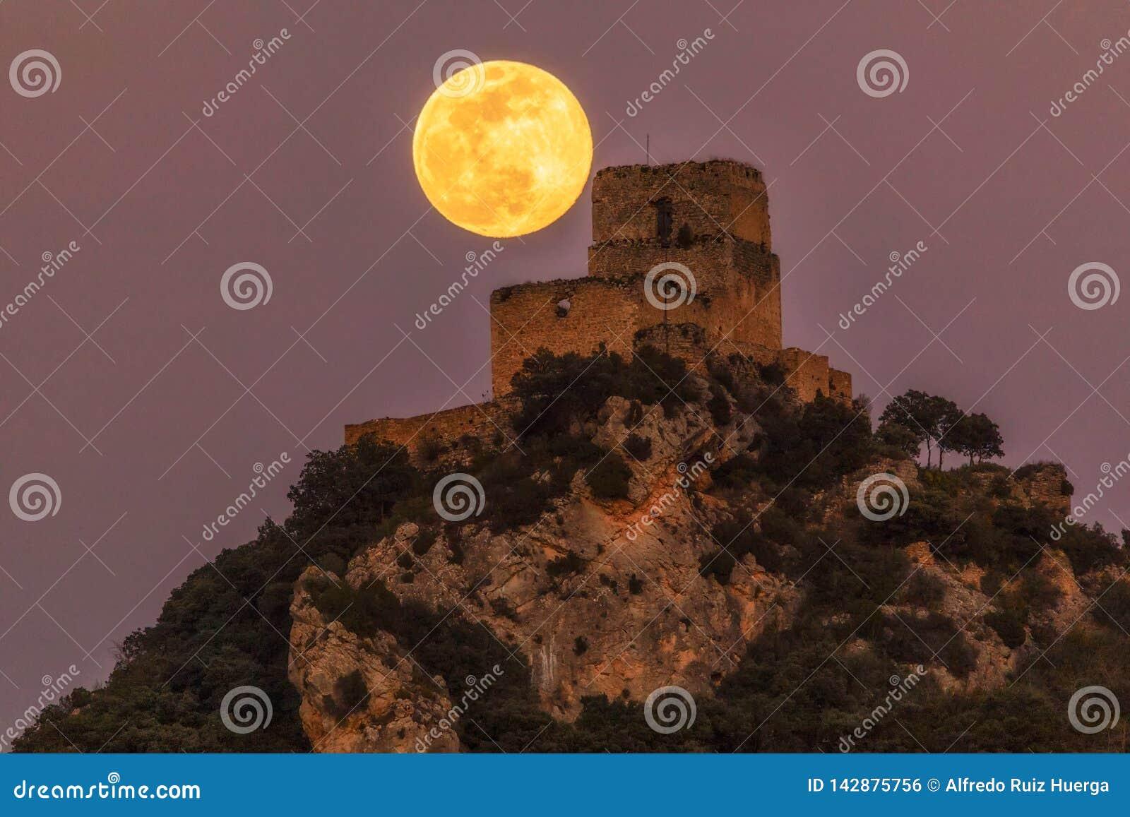 Full moon over Ocio castle