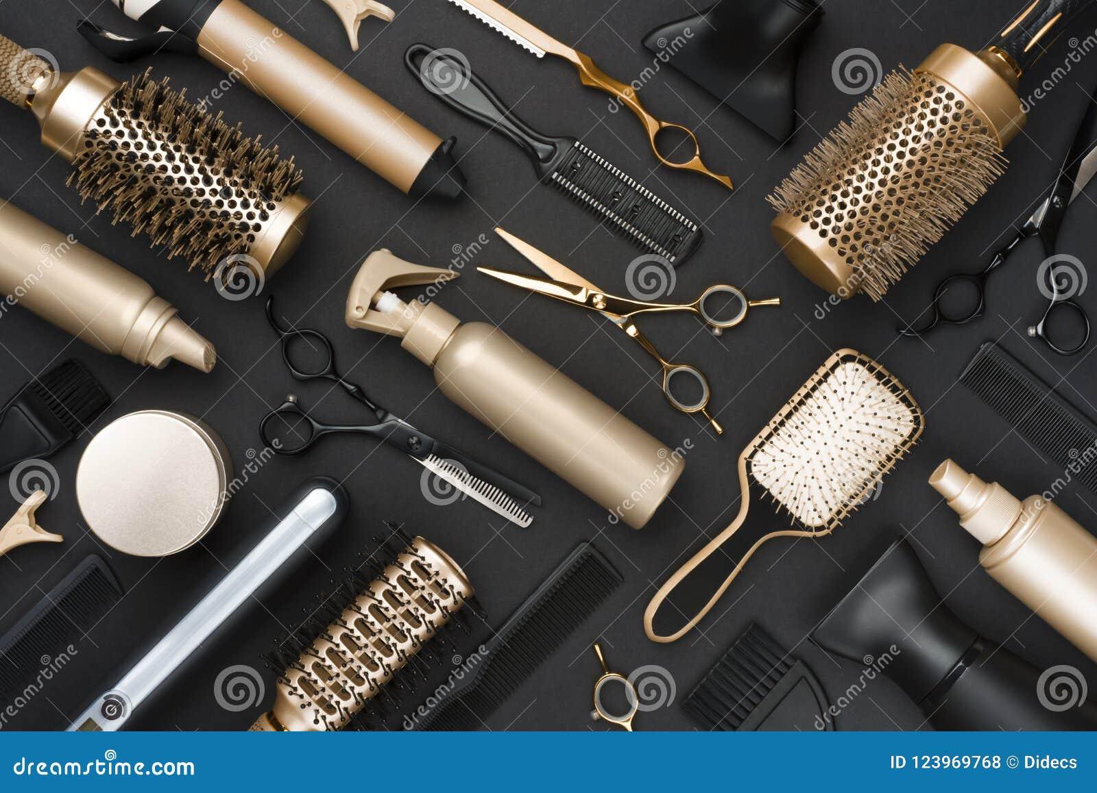 Full ram av yrkesmässiga hårskänkhjälpmedel på svart bakgrund