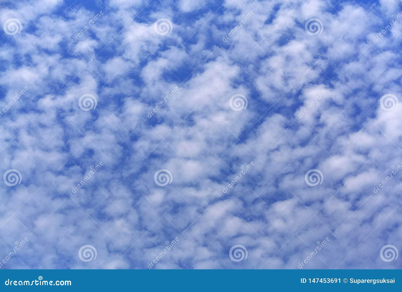 Full rambakgrund av bl? molnig himmel