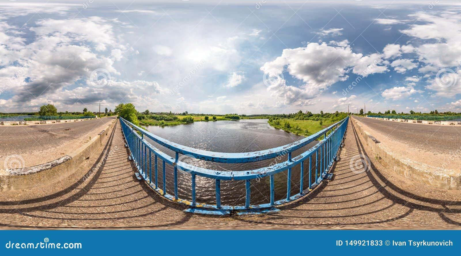 Full sömlös sfärisk hdripanorama 360 grader vinkelsikt på den konkreta bron nära asfaltvägen över floden i solig sommar