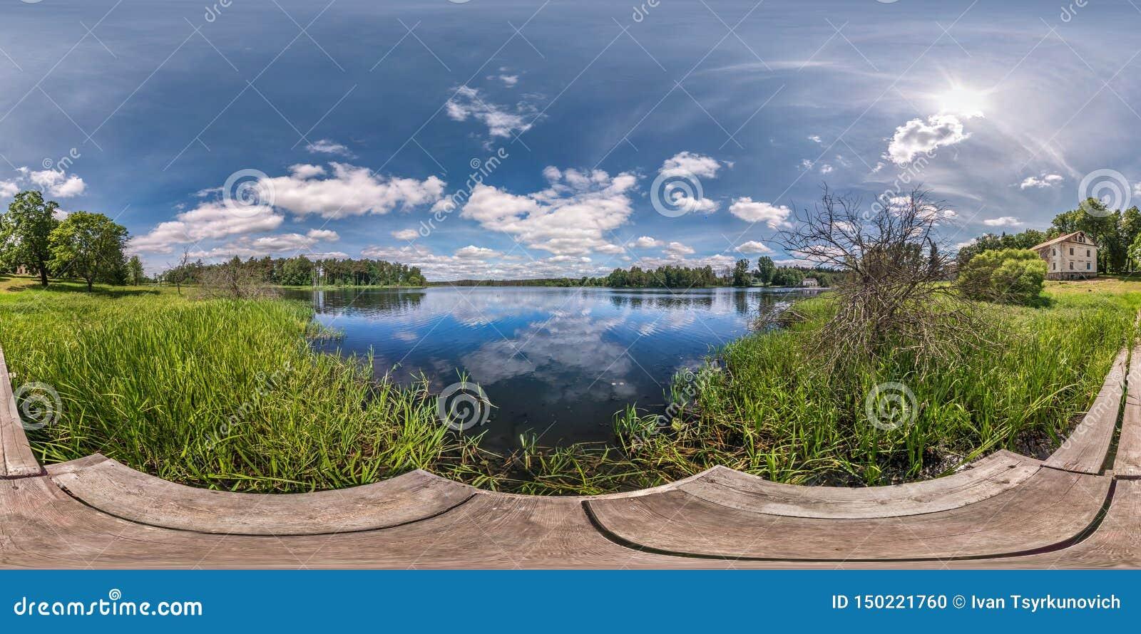 Full sömlös sfärisk hdripanorama 360 grader vinkelsikt på träpir av den enorma sjön eller floden i solig sommardag och blåsigt