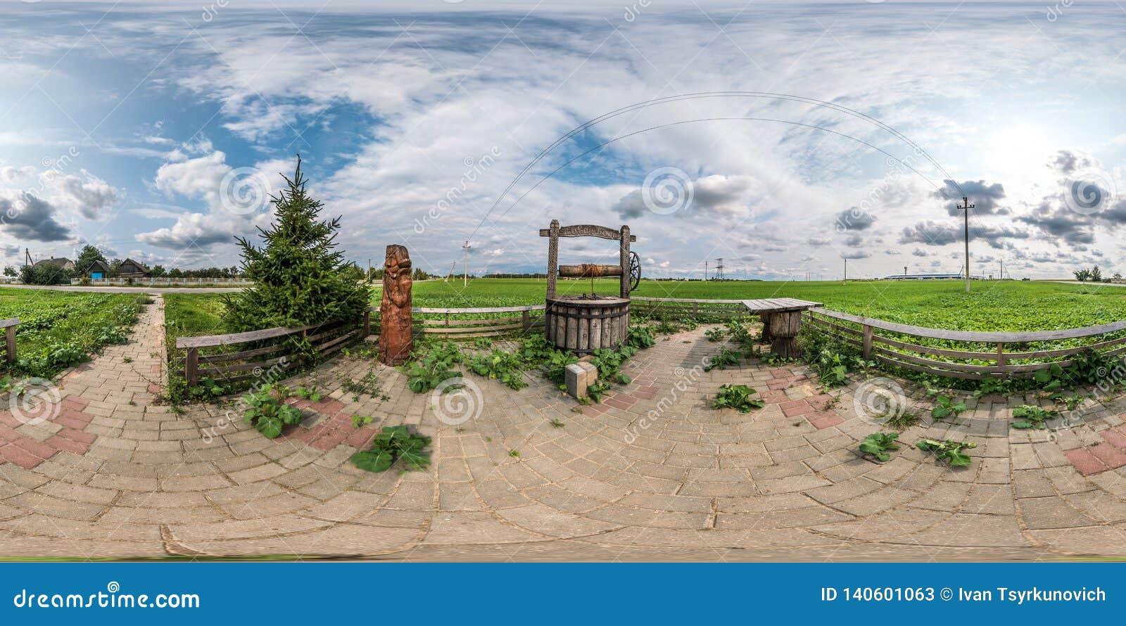 Full sömlös sfärisk panorama 360 vid sikt för vinkel 180 som ett ställe av vilar med en väl latringrop och en trätabell i equirec
