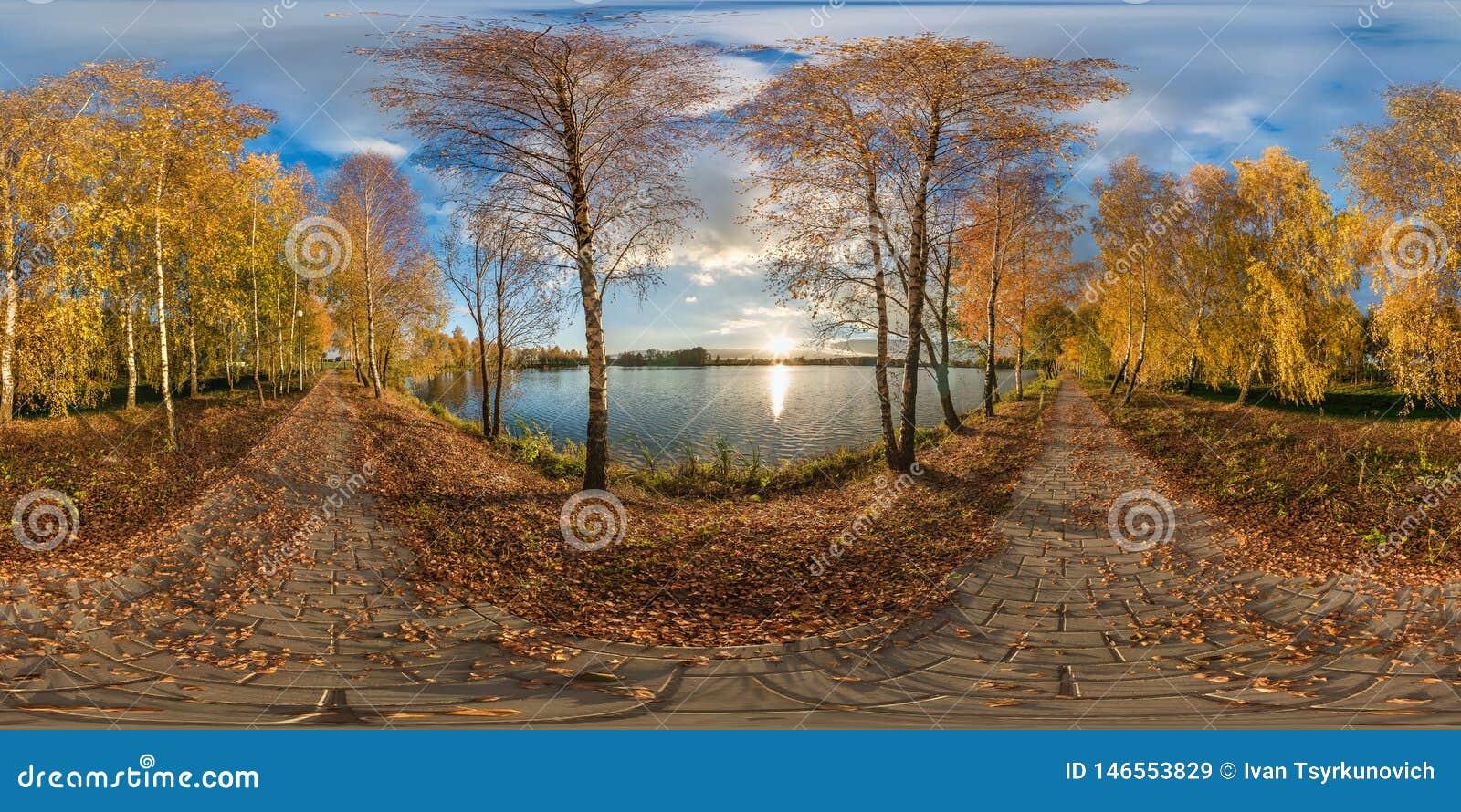 Full s?ml?s sf?risk panorama 360 grader guld- h?st f?r vinkelsikt n?ra kusten av den breda sj?n i solig dag panorama 360 in