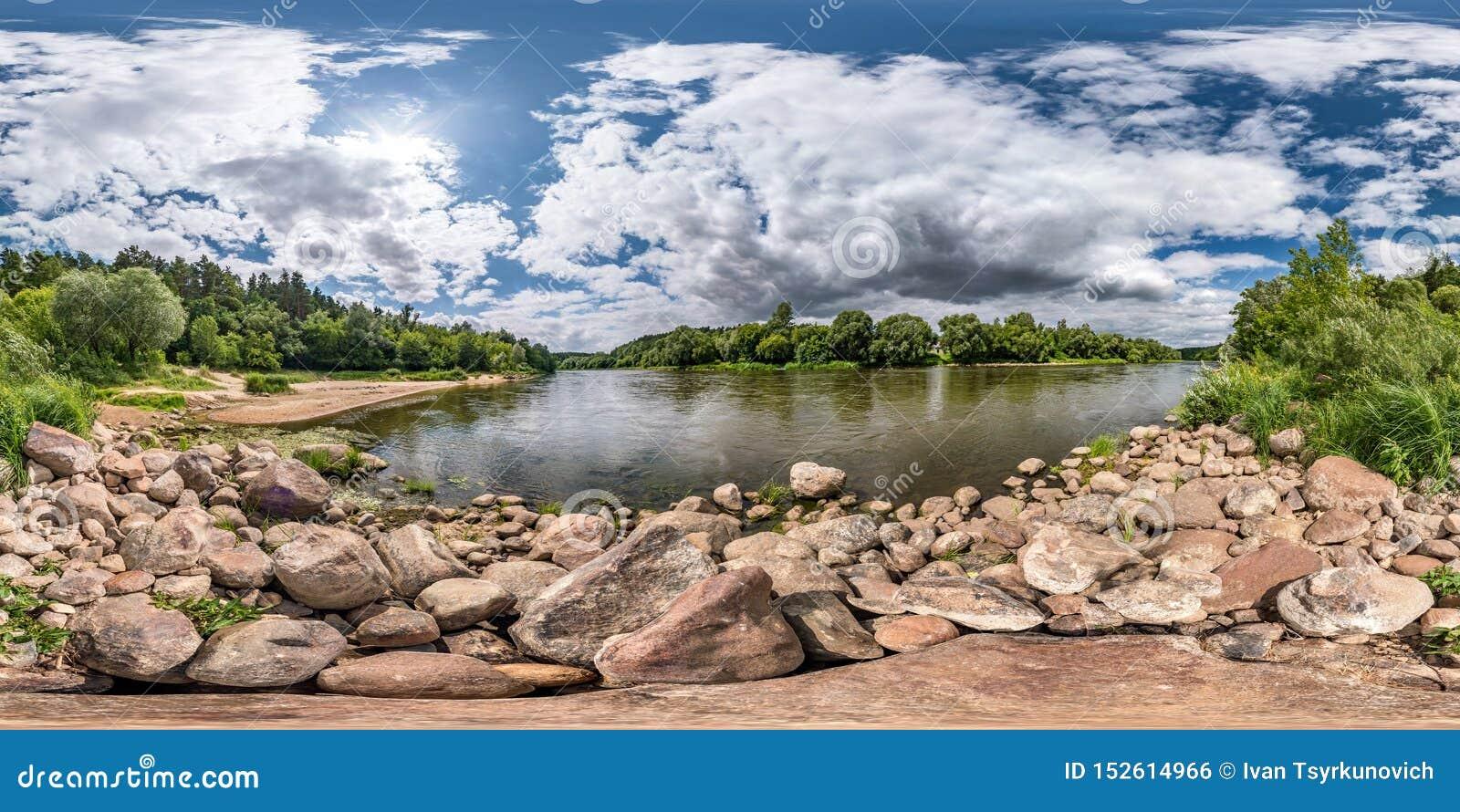 Full sfärisk sömlös hdripanorama 360 grader vinkelsikt på stenig kust av den enorma floden i solig sommardag och blåsväder