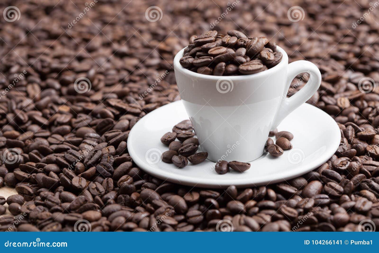 Fulla grillade kaffebreans för keramisk kopp