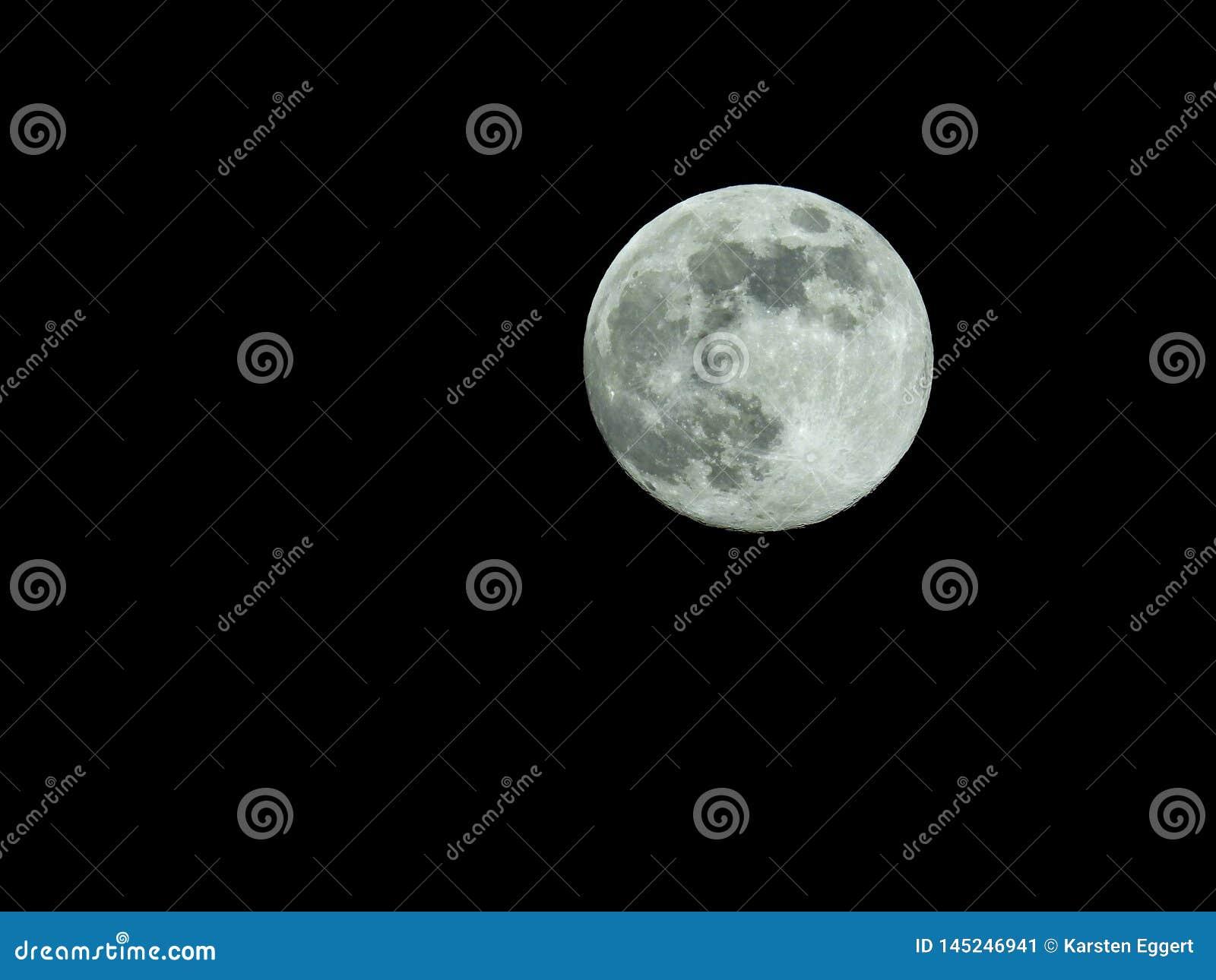 Fullmåne i himlen för stjärnklar natt