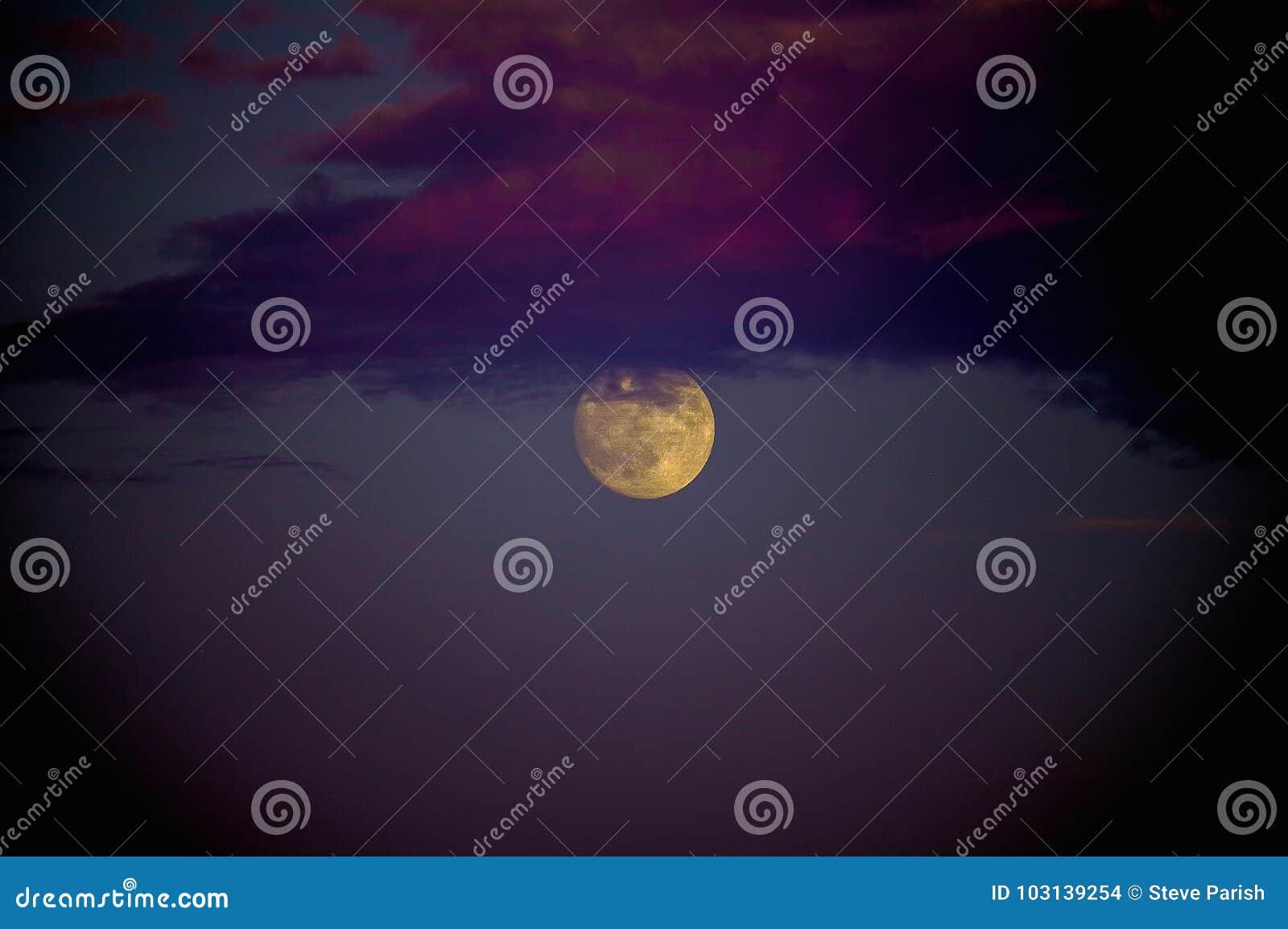 Fullmåne och moln: gåta, skönhet och makt