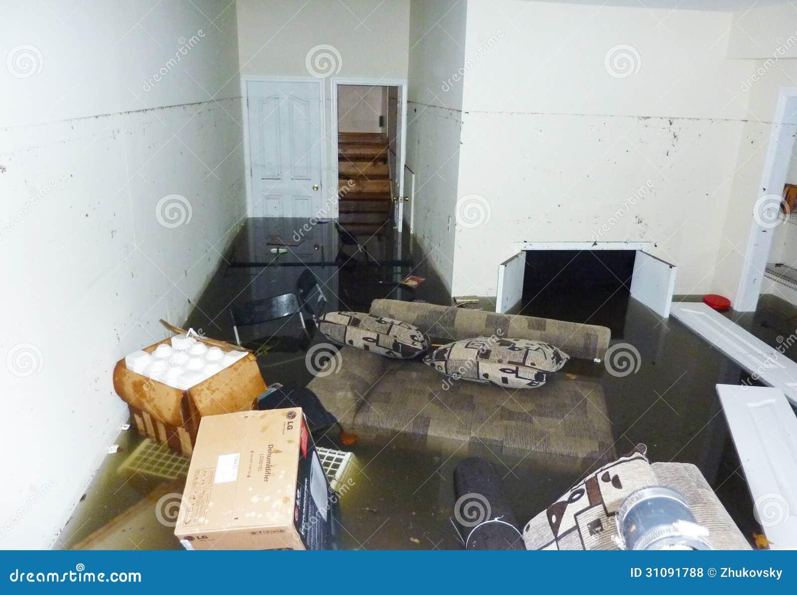 Fullständigt översvämmad källare nästa dag efter orkanen som är sandig i Staten Island