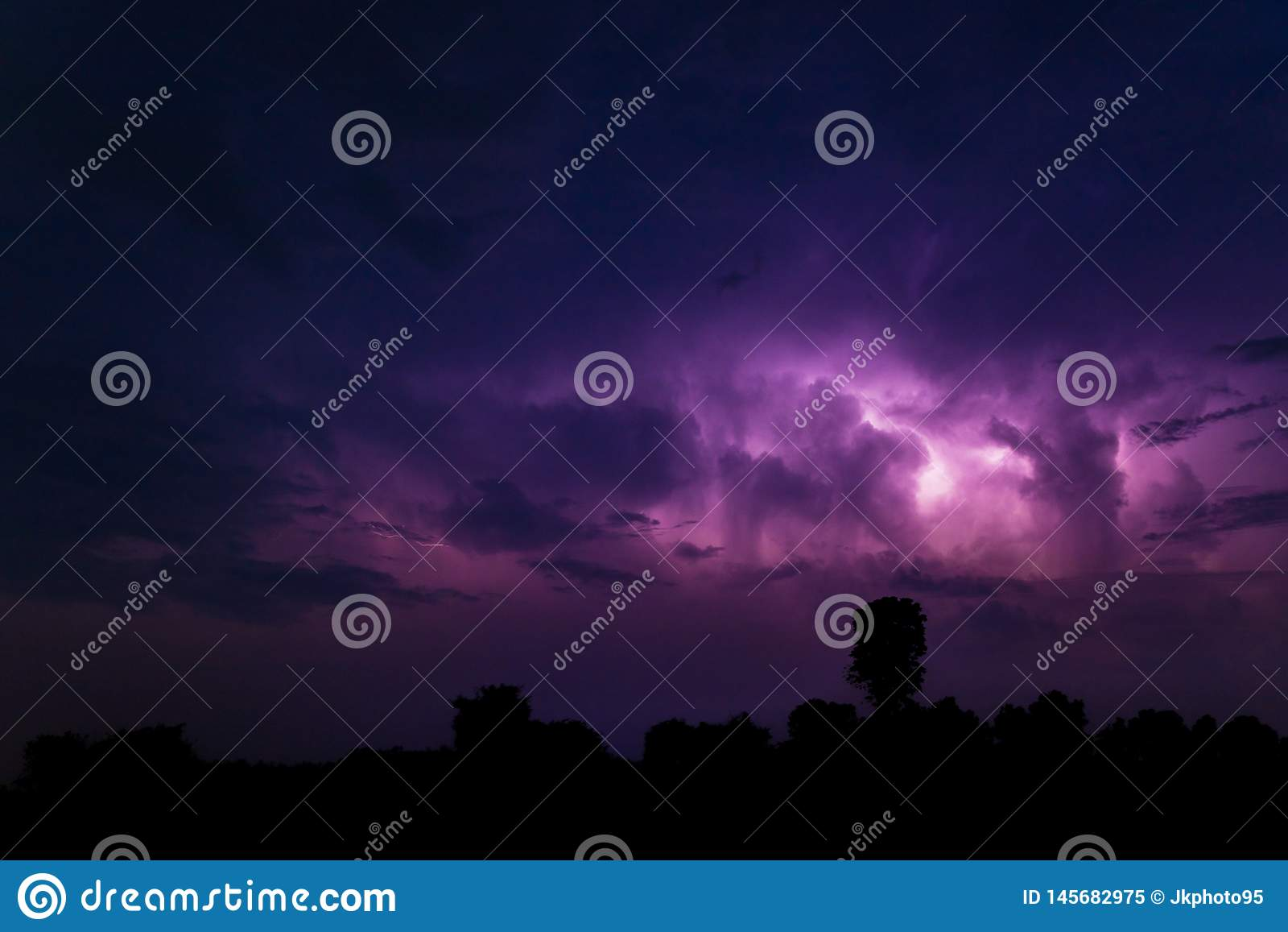 Fulmine dietro le nuvole