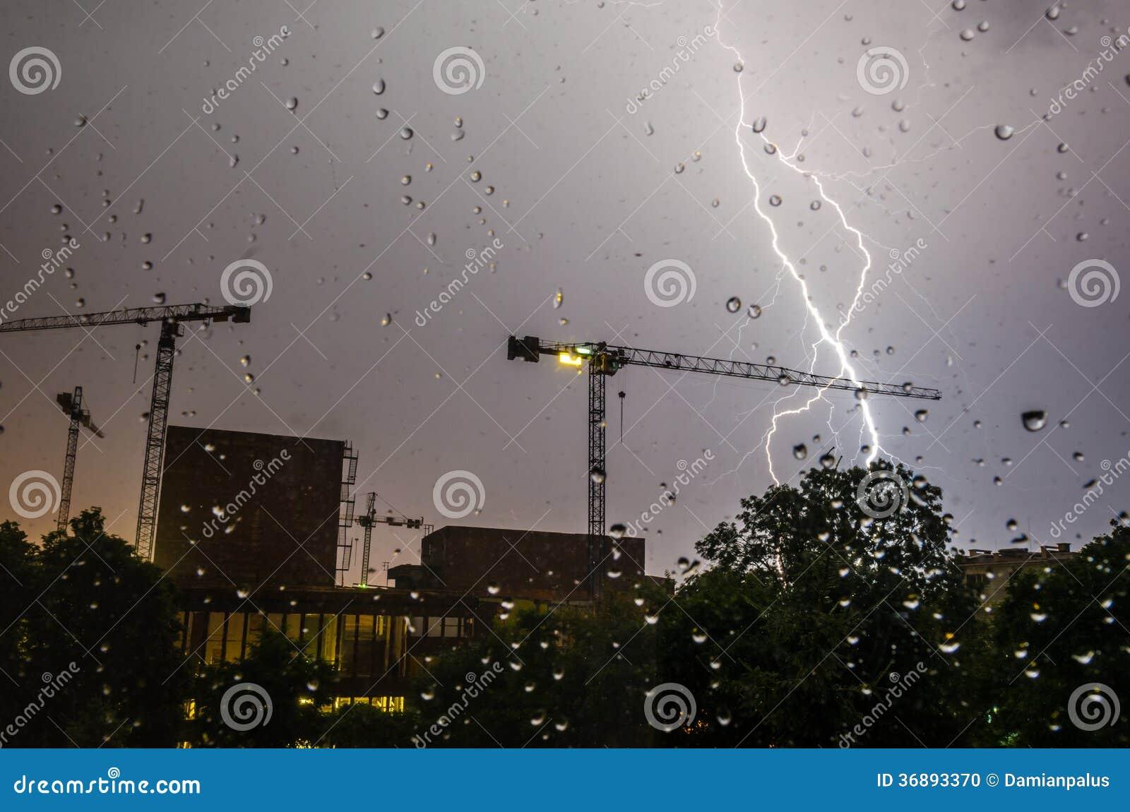 Download Fulmine, Gocce Di Pioggia E Costruzione Fotografia Stock - Immagine di urbano, tempesta: 36893370