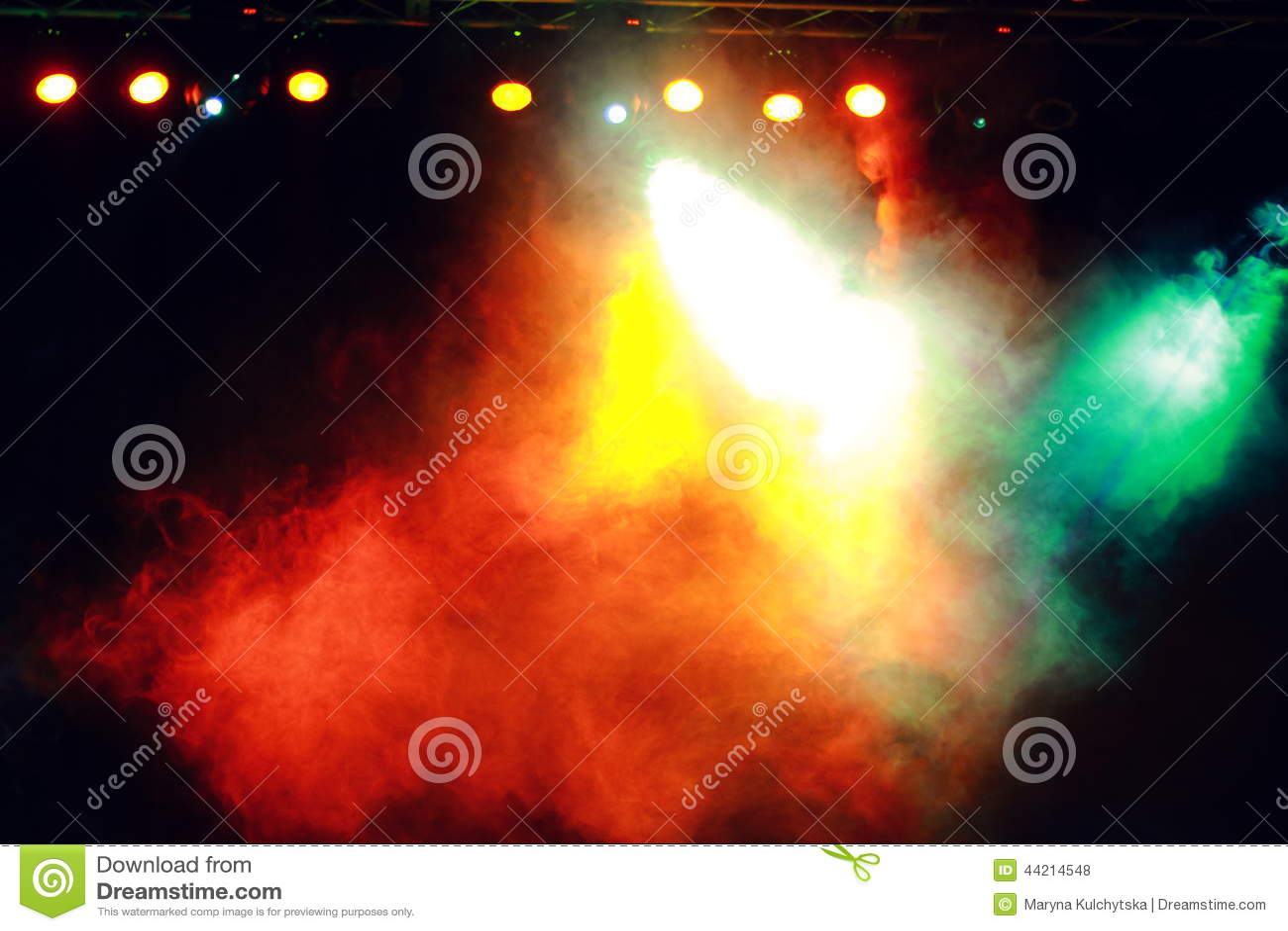 Fumée dans l éclairage foncé de concert