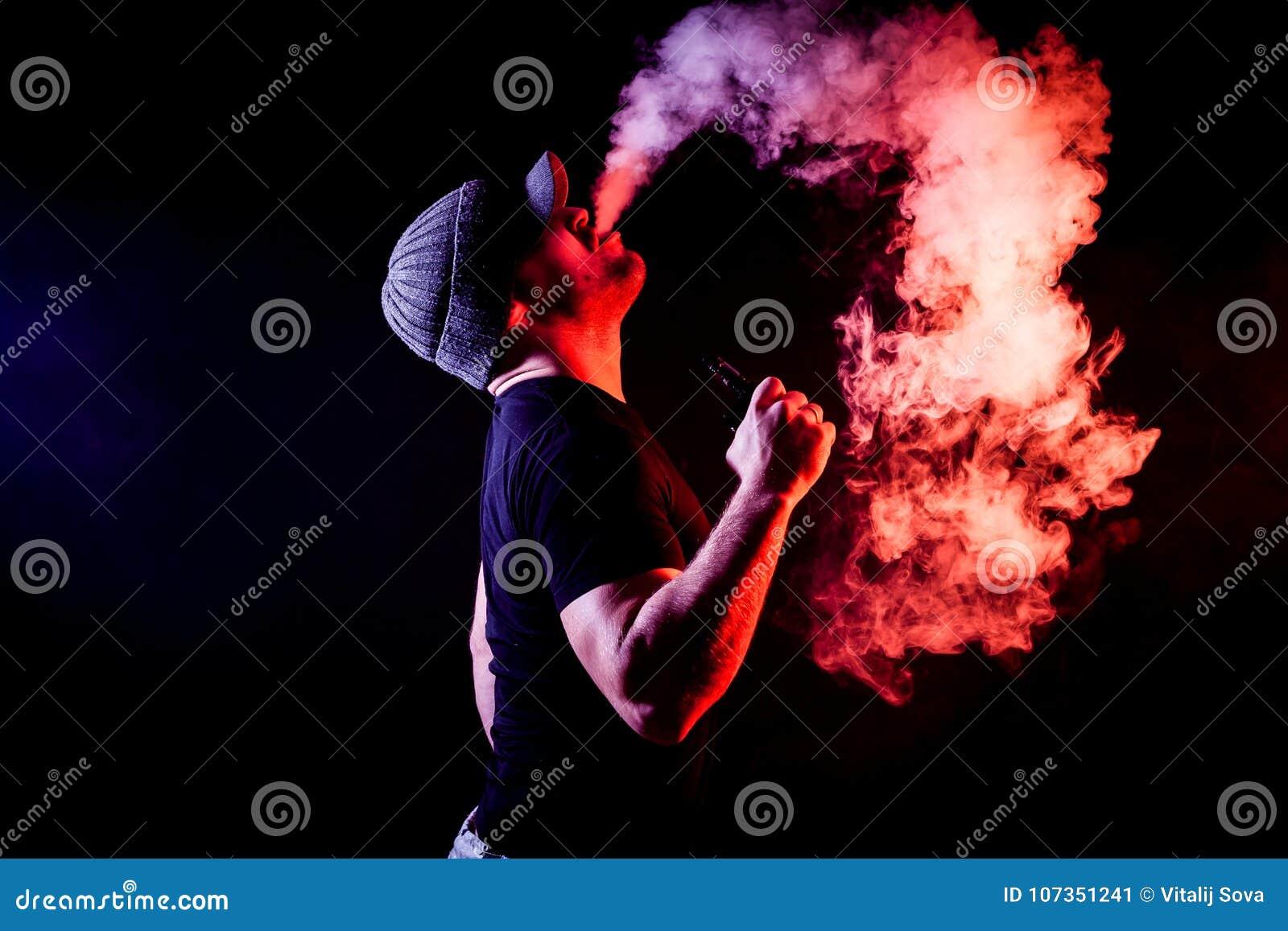 Fumée de jeune homme