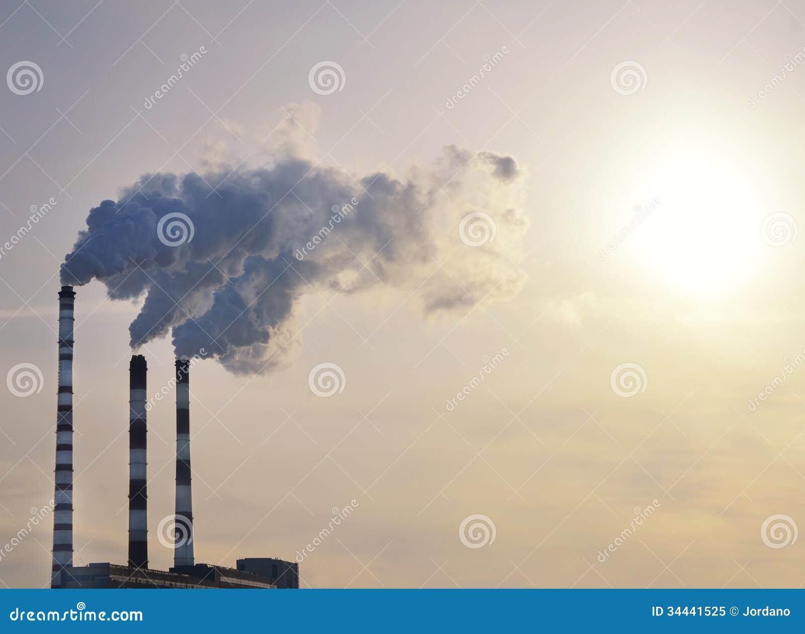 Fumée industrielle sur le coucher du soleil