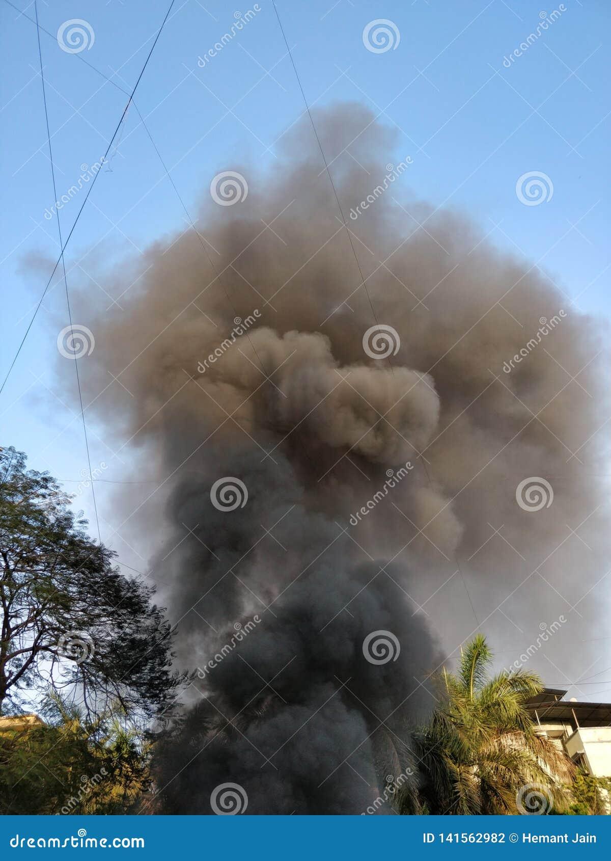 Fumée noire sortant d un bâtiment sur le feu