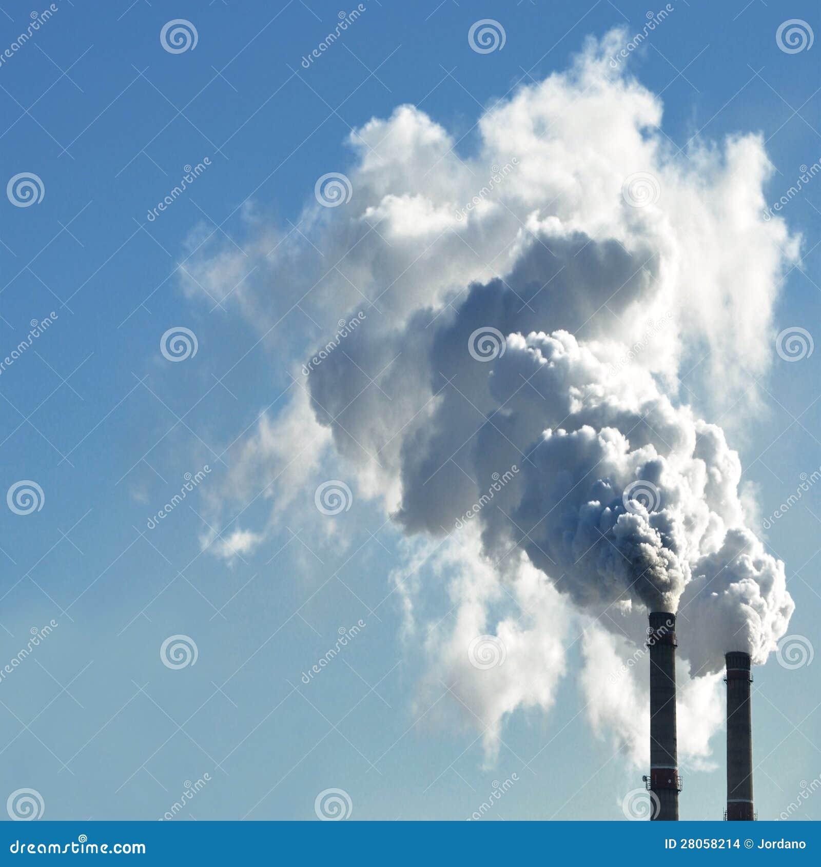 Fum?e industrielle de chemin?e sur le ciel