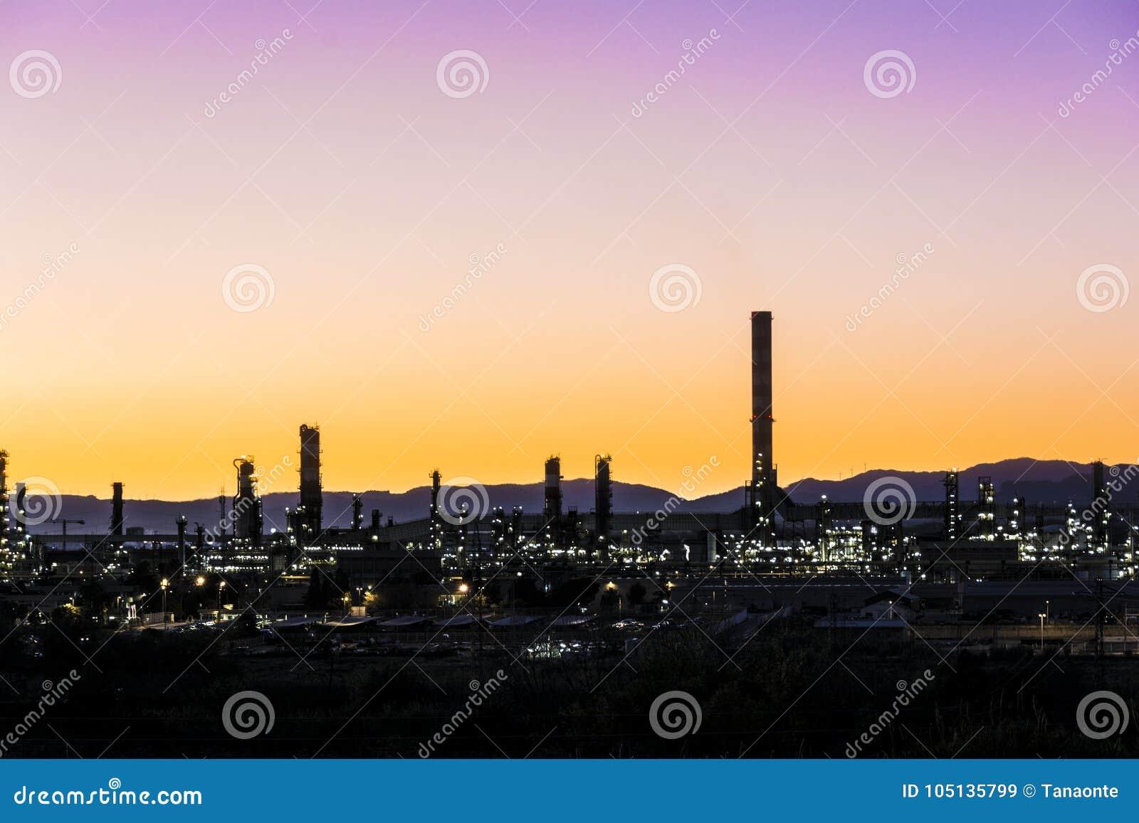 Fumaiolo della fabbrica - raffineria di petrolio - centrale petrolchimica