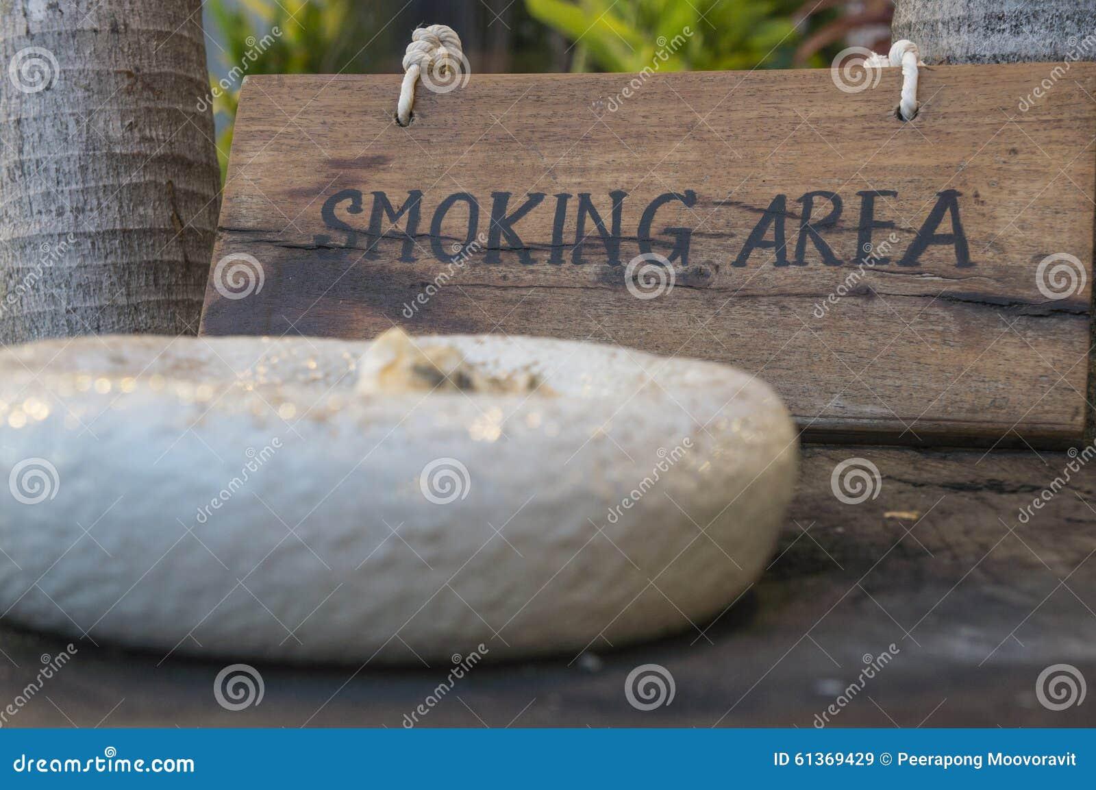 Fumando aqui o conceito de madeira de madeira do público do cigarro do sinal