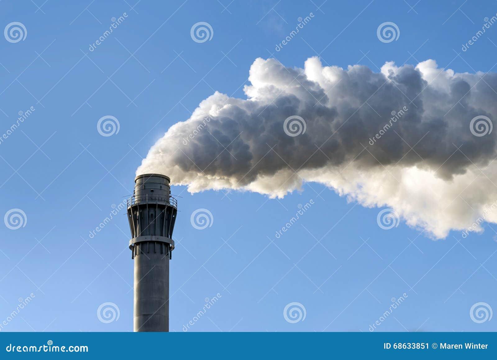 Fum e industrielle d 39 une chemin e contre le ciel bleu clair copie photo - Image ciel bleu clair ...