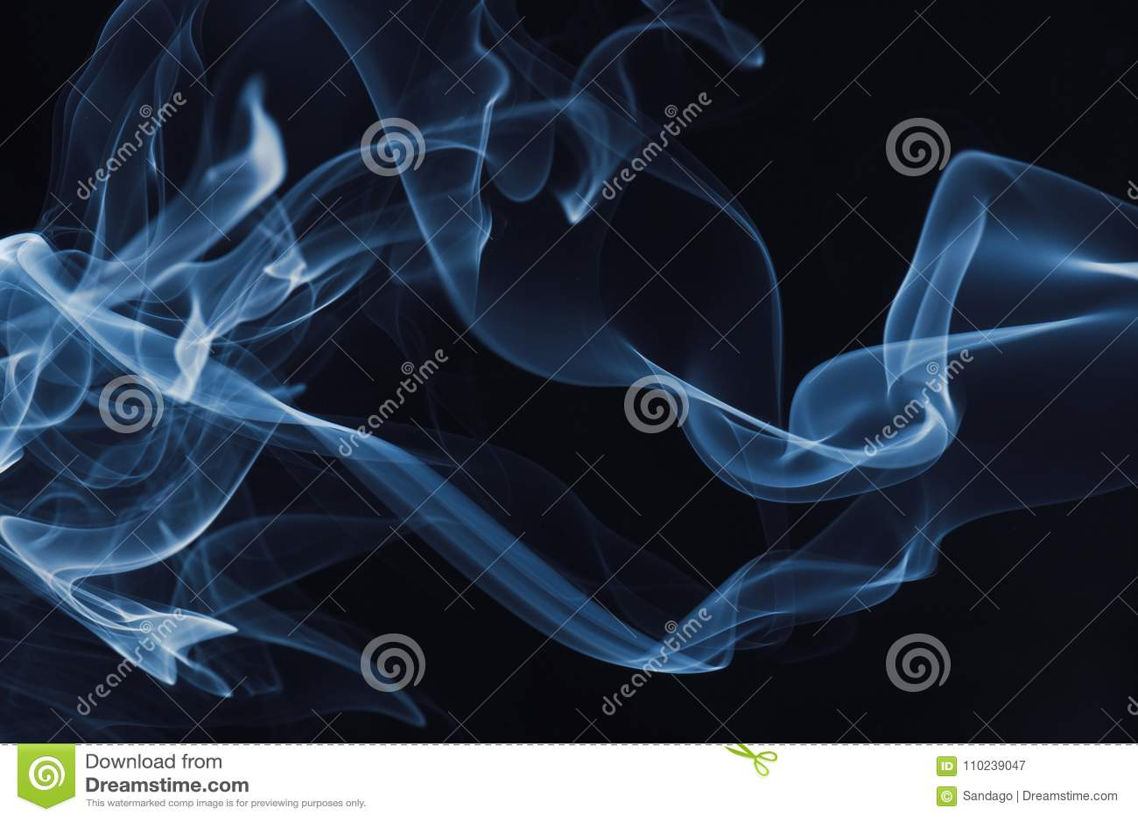 Fumo azul no fundo preto