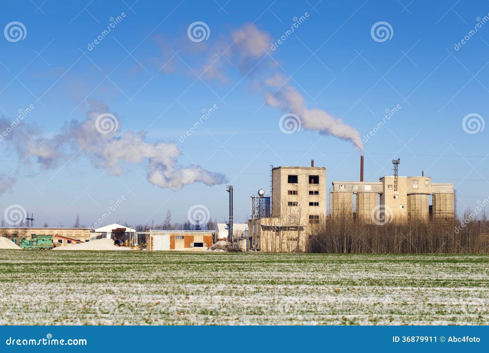 Download Fumo Che Esce Dai Camini Della Fabbrica Immagine Stock - Immagine di vapore, luce: 36879911