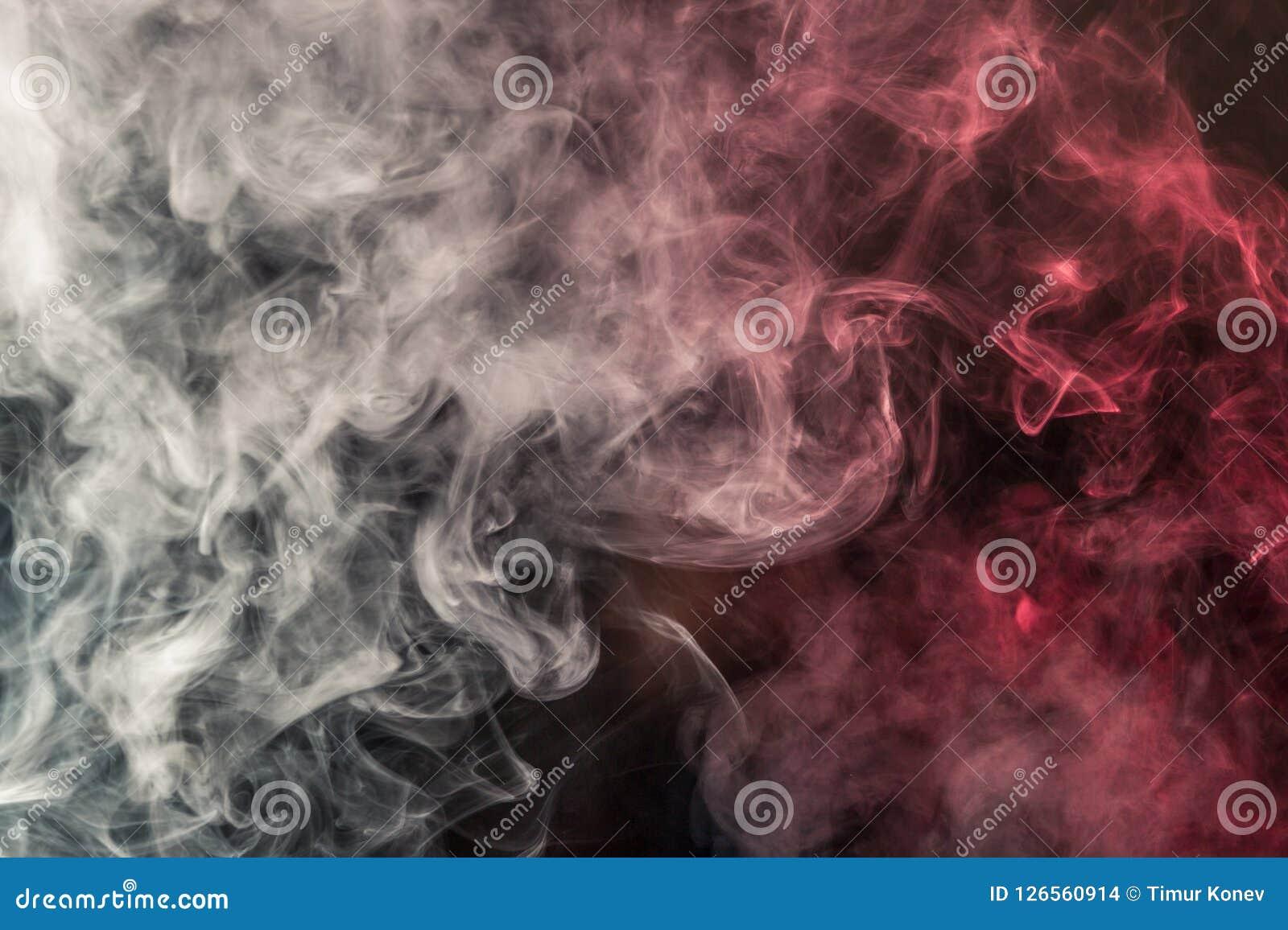 Fumo colorido em um fundo preto de cores vermelhas e brancas Th