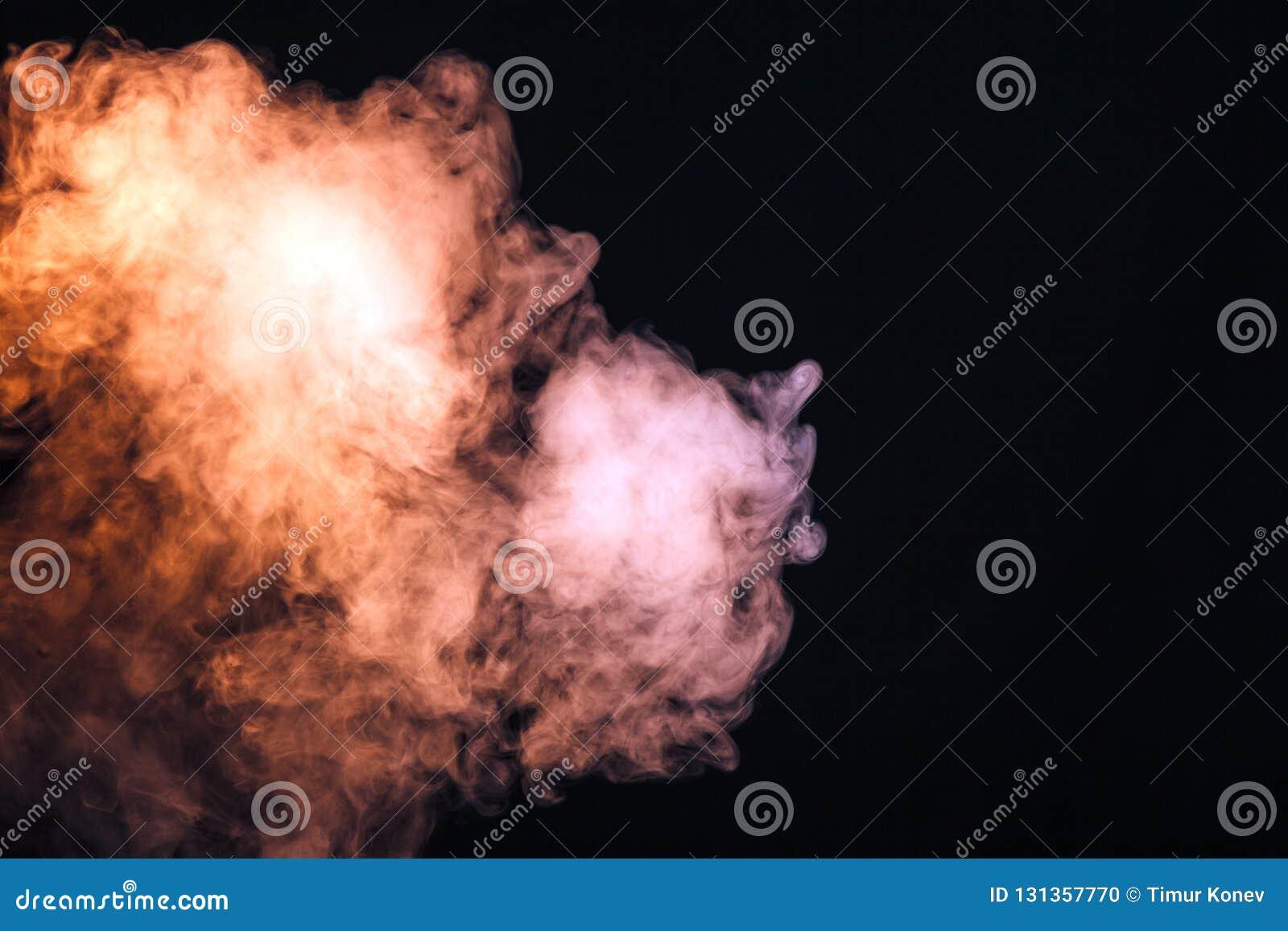 Fumo colorido em um fundo preto O conceito da mostra clara a