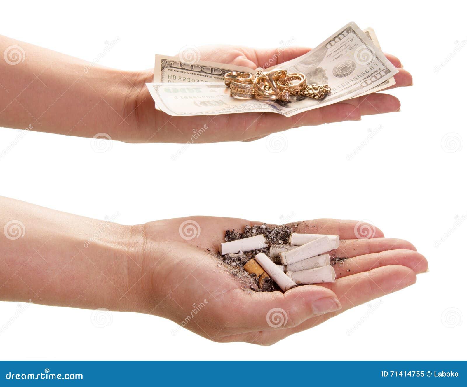 Fumo do preço Pontas de cigarro e dinheiro nas mãos
