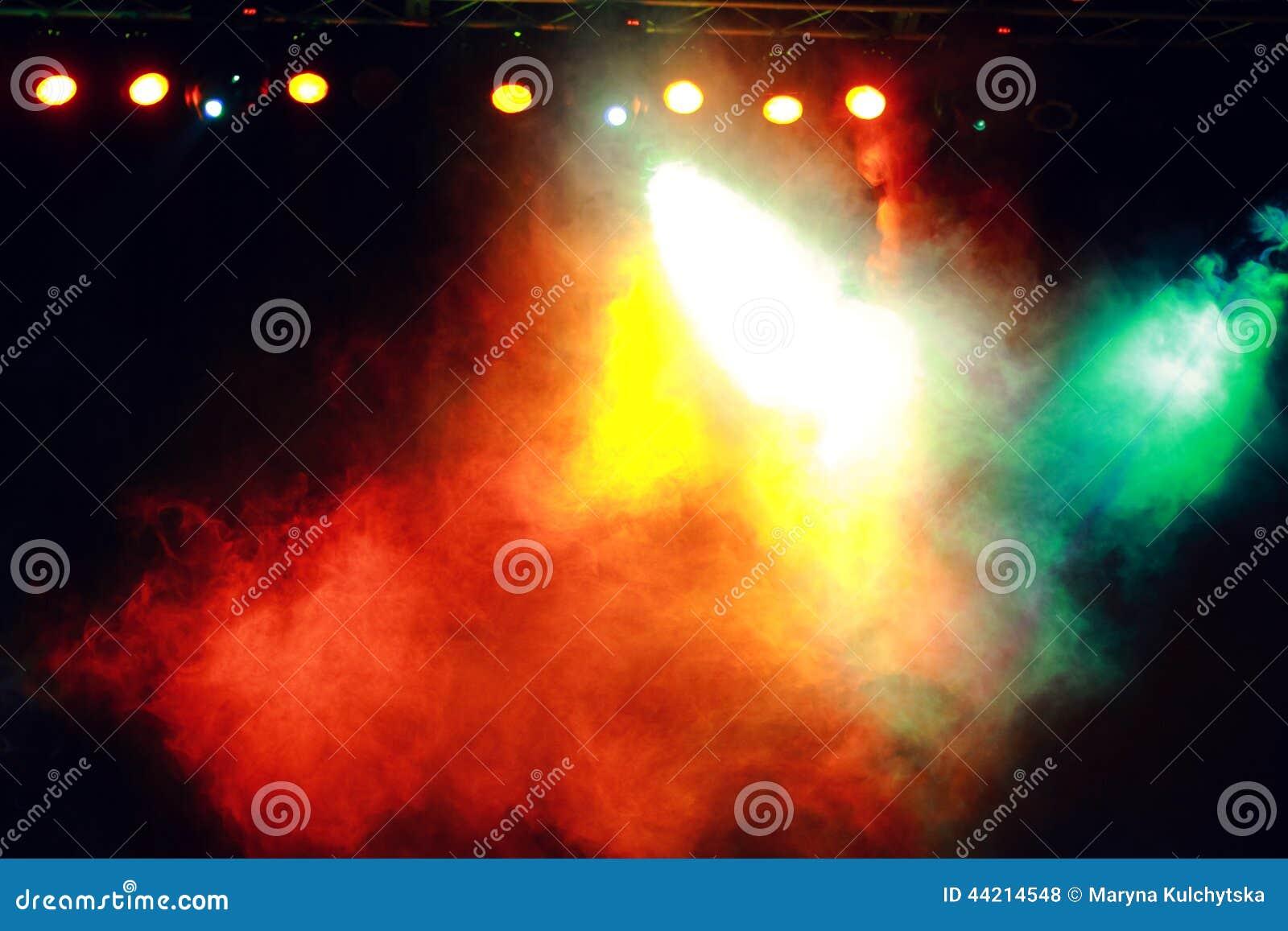 Fumo na iluminação escura do concerto